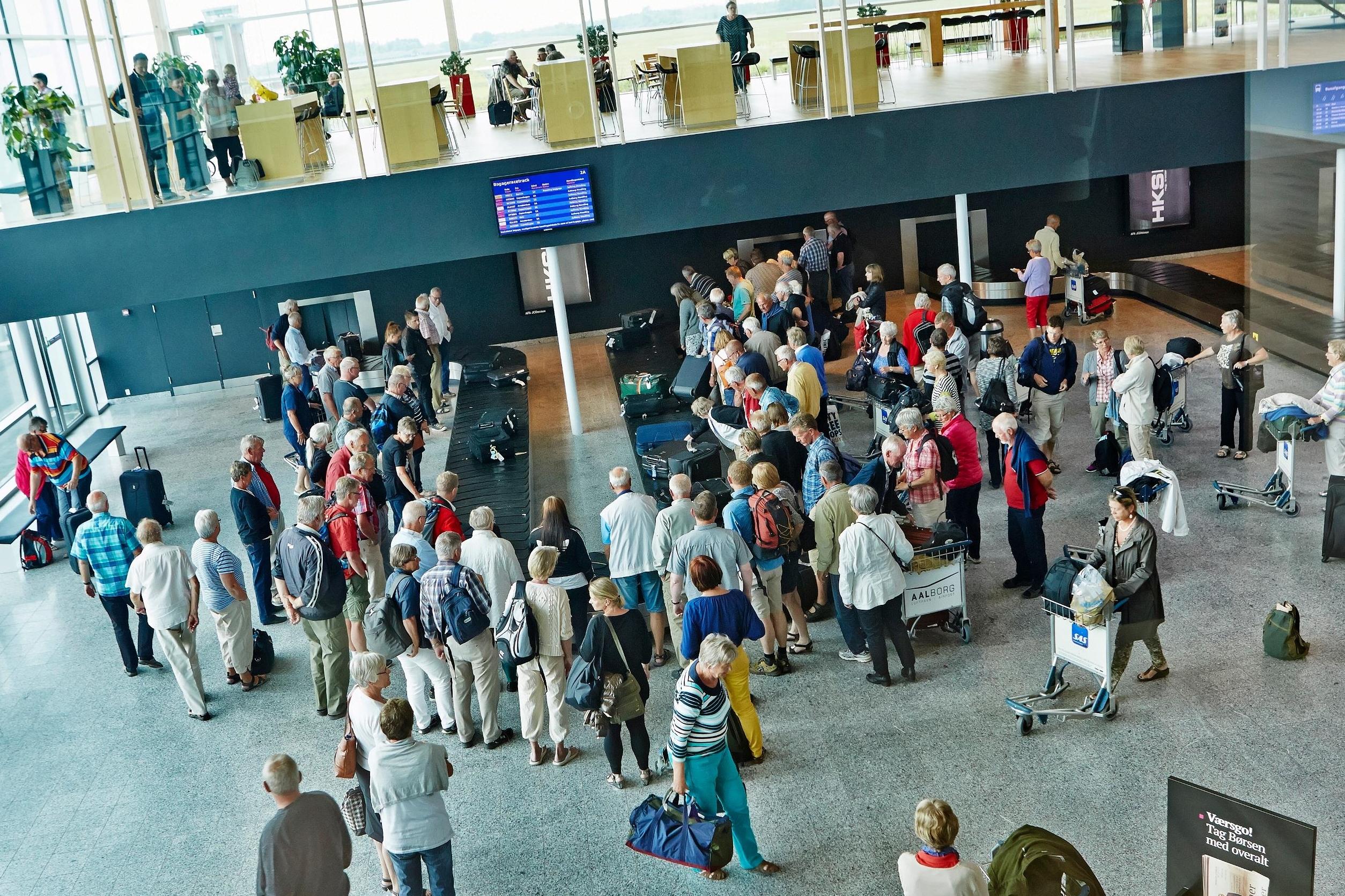 Den gruppe danskere, der mest hyppigt tager flyet til udlandet, er mellem 45 og 64 år, viser tal fra Danmarks Statistik. Her pressearkivfoto fra ankomstområdet i Aalborg Lufthavn.