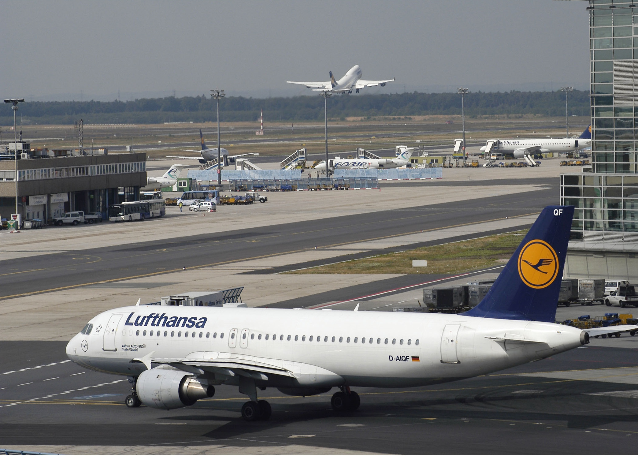 En Airbus A320 fra Lufthansa som den i forgrunden på billedet blev forleden forsinket ud af den serbiske hovedstad, Beograd, efter en bombetrussel. Pressefoto, Ingrid Friedl, Lufthansa.