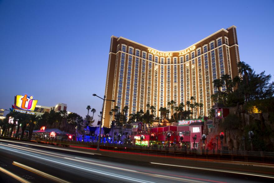 "Det berømte hotel og kasino Treasure Island på Las Vegas' ""hovedgade,"" kendt som The Strip, skifter fra efteråret navn til Treasure Island – TI Hotel & Casino, a Radisson Hotel. Pressefoto via Radisson Hotel Group."