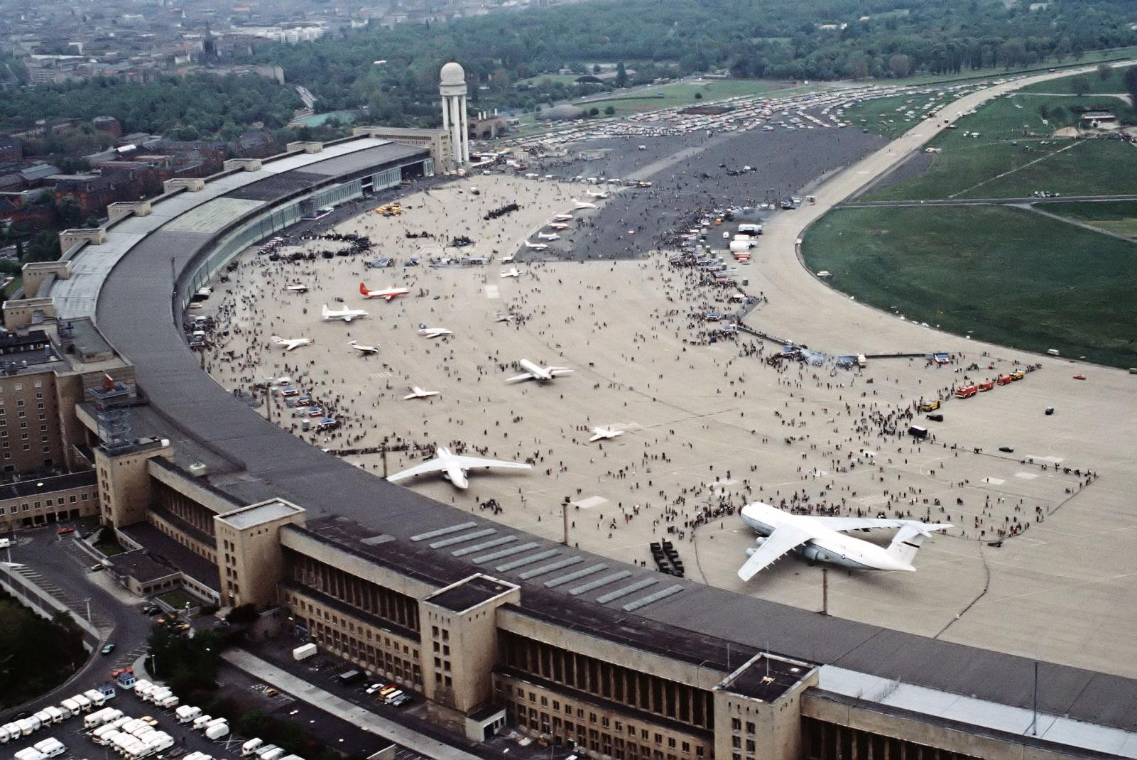 Arkivfoto fra Tempelhof i 1984, foto via Wikipedia: Jose Lopez Jr., US Air Force – DoD photo, ID DF-ST-85-10904.