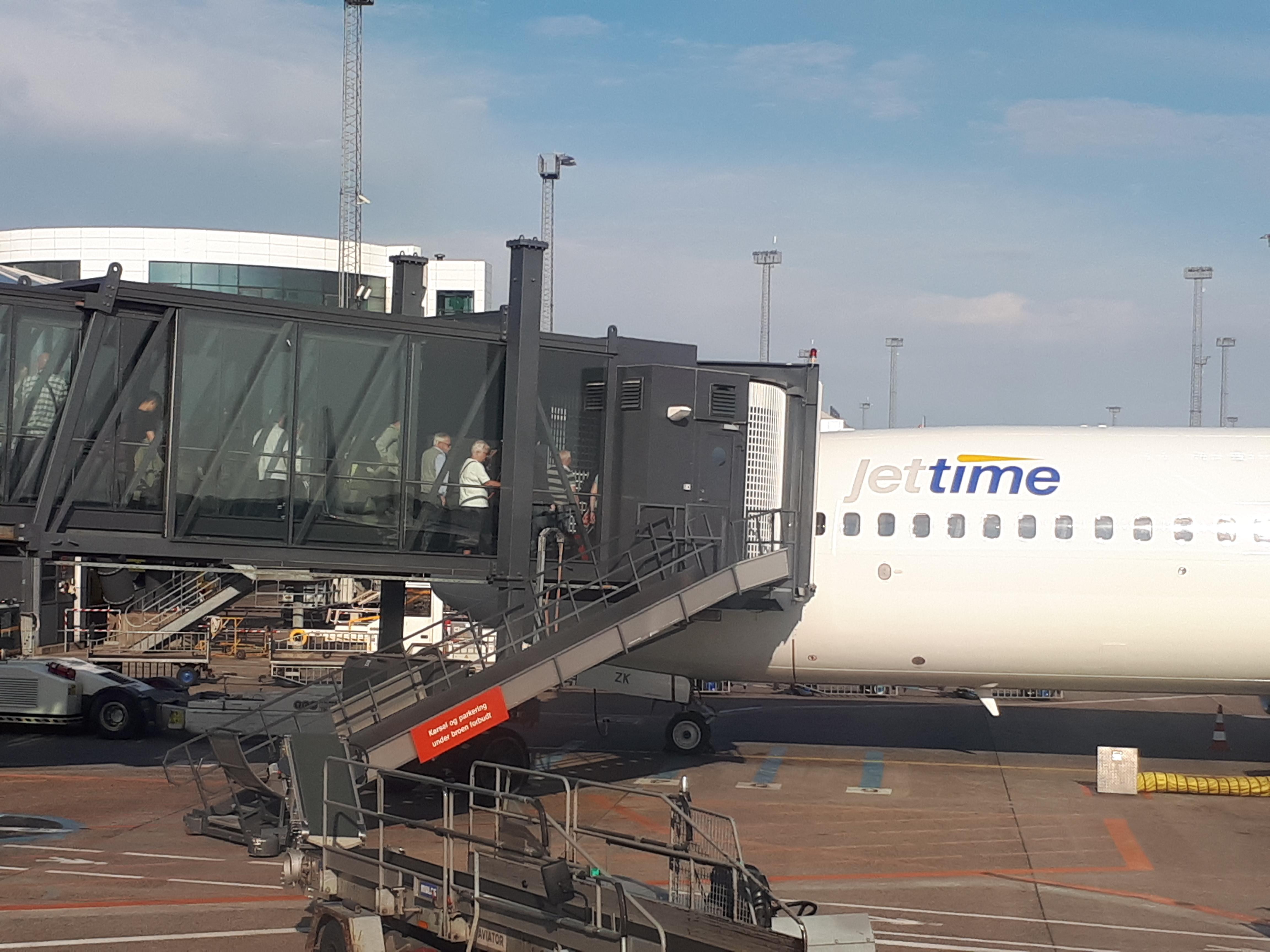 Jet Time forventer i næste års sommersæson 350.000 charterpassagerer. Her er der ombordstigning i Københavns Lufthavn. Foto: Henrik Baumgarten.