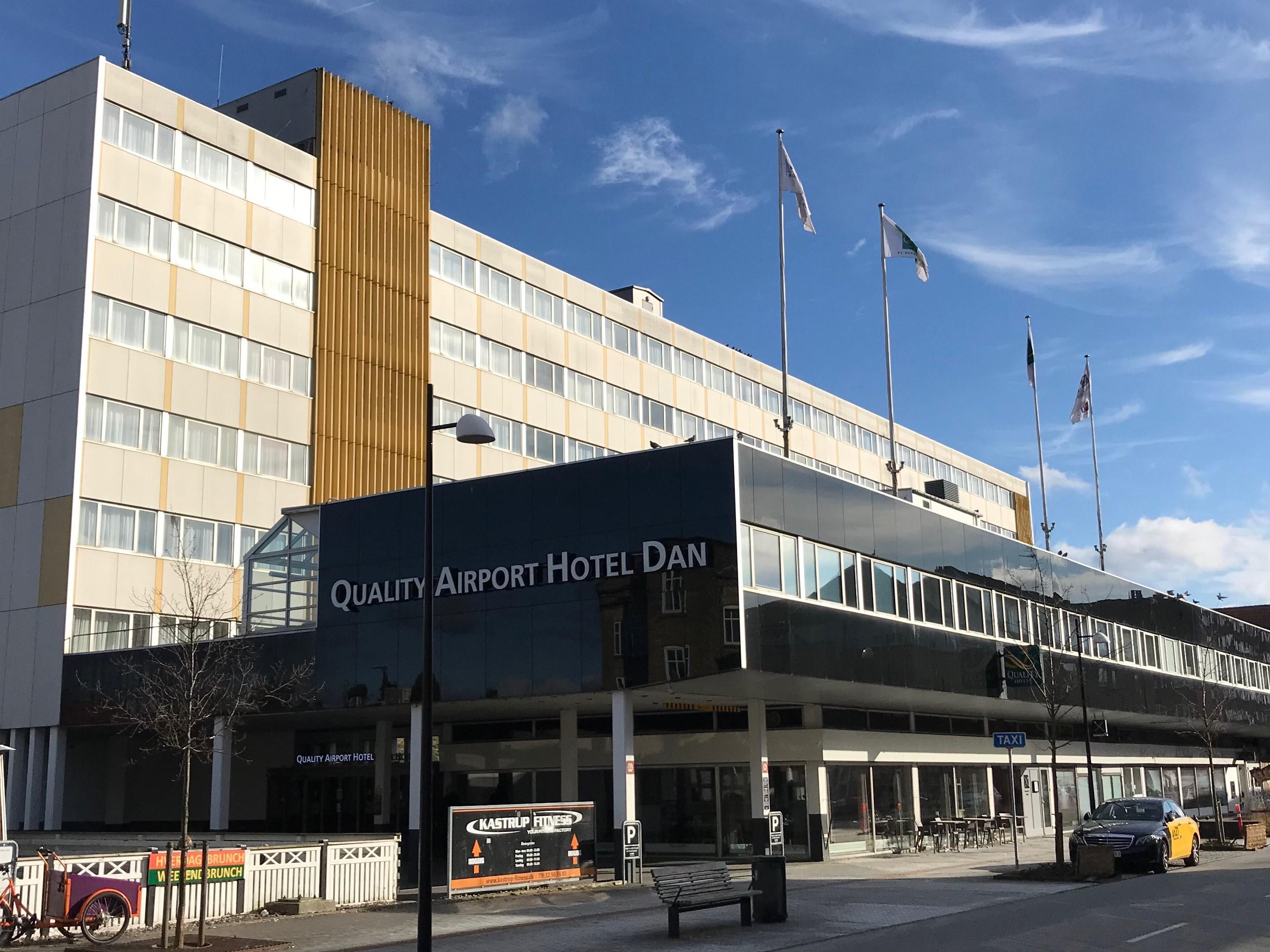 Bygningen med det kendte lufthavnshotel Hotel Dan ejes af svenske Midstar Hotels. Hotellet ligger cirka 900 meter fra lufthavnen, der er 400 meter til nærmeste metrostation ligesom hotellet har en shuttlebus til lufthavnen. Foto via Core Hospitality.