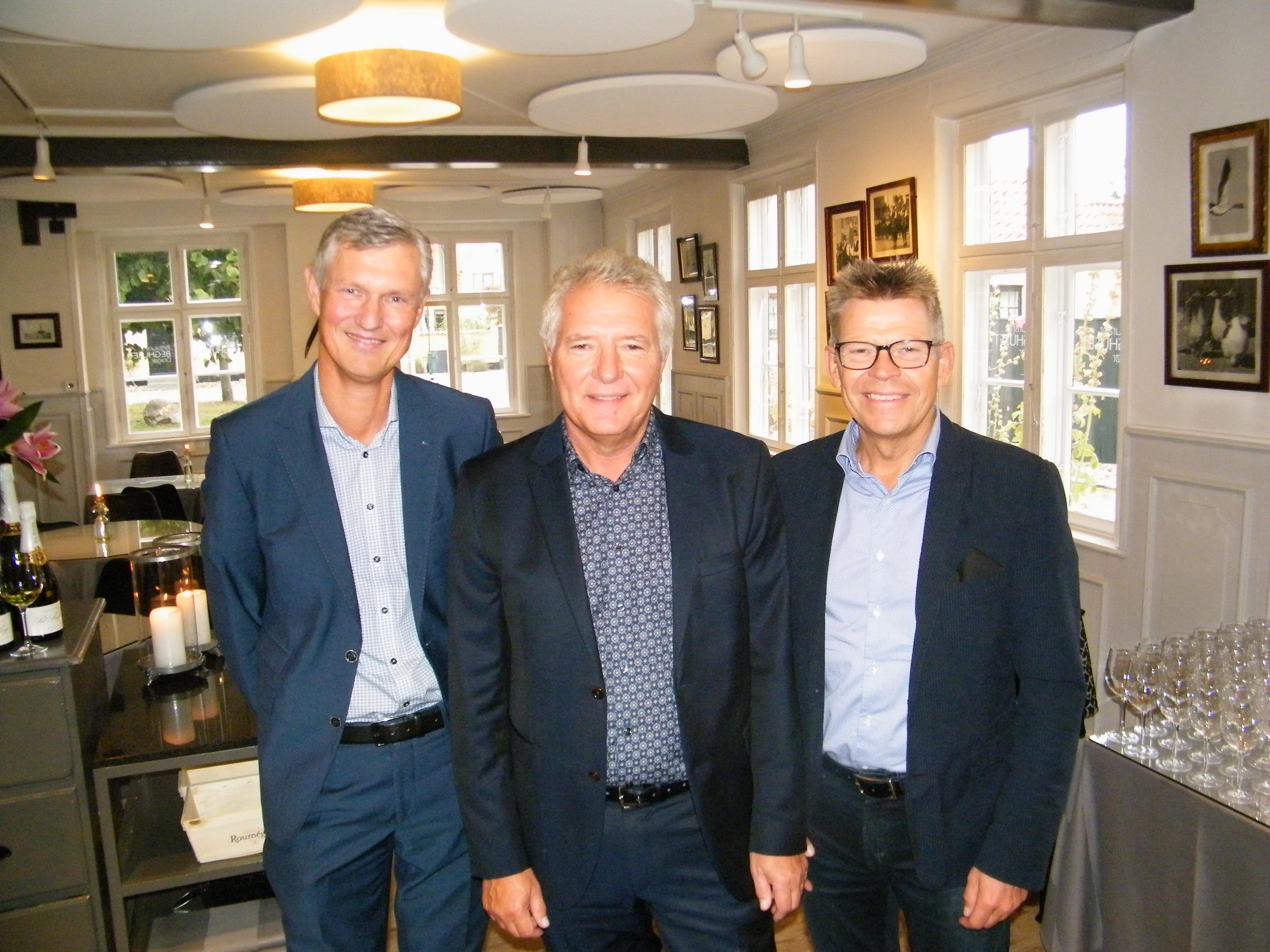Ved John Alexandersens 25 års jubilæumsreception flankeres dagens hovedperson af Thomas Cook Airlines Scandinavias administrerende direktør, Per Knudsen, til venstre, og administrerende direktør for TCAS' største kunde i Danmark, Jan Vendelbo fra Spies. Foto: Henrik Baumgarten.