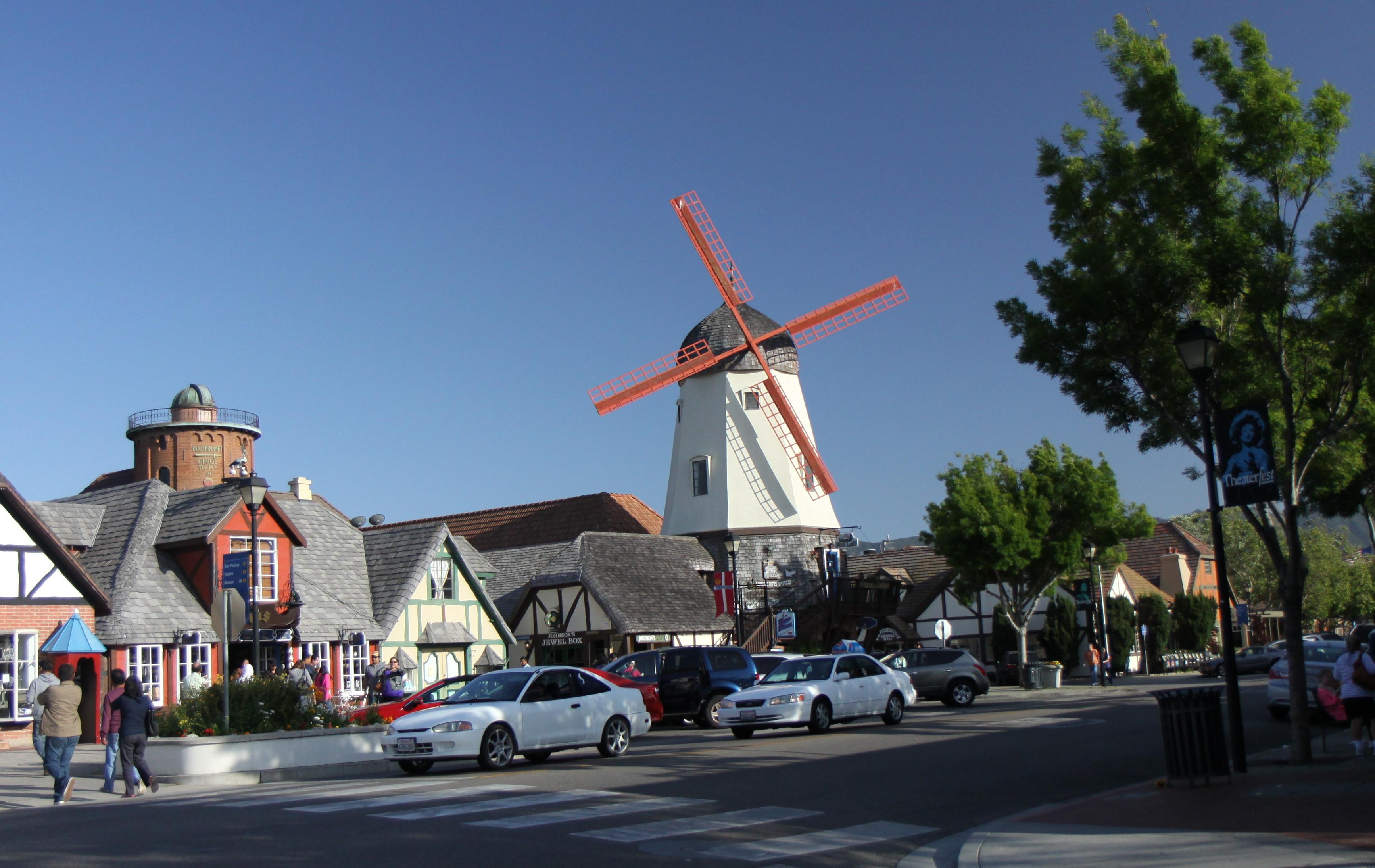 Solvang i Santa Ynez Valley nord for Los Angeles har ikke mindst markedsført sig som turistdestination med henvisning til sine danske rødder. Pressefoto: Solvang Conference & Visitors Bureau – Solvang.com