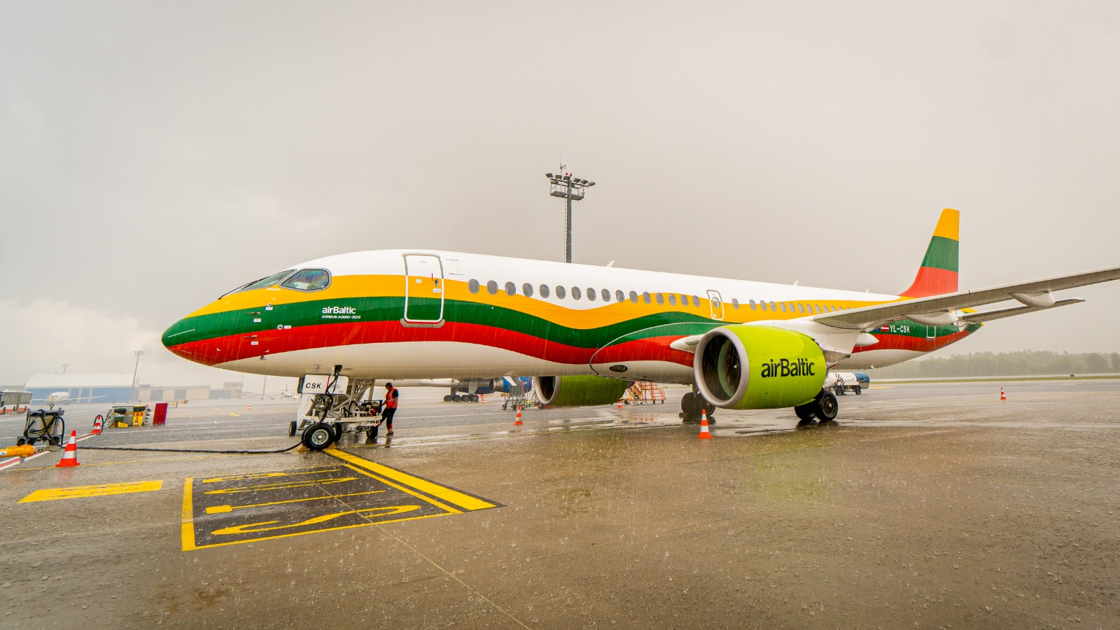 AirBaltic har nu tre fly i flåden med hver sin national-bemaling fra de tre baltiske lande, Estland, Letland og Litauen. Her det seneste fly i samlingen, en Airbus A220-300 i de litauiske farver. Pressefoto fra AirBaltic.