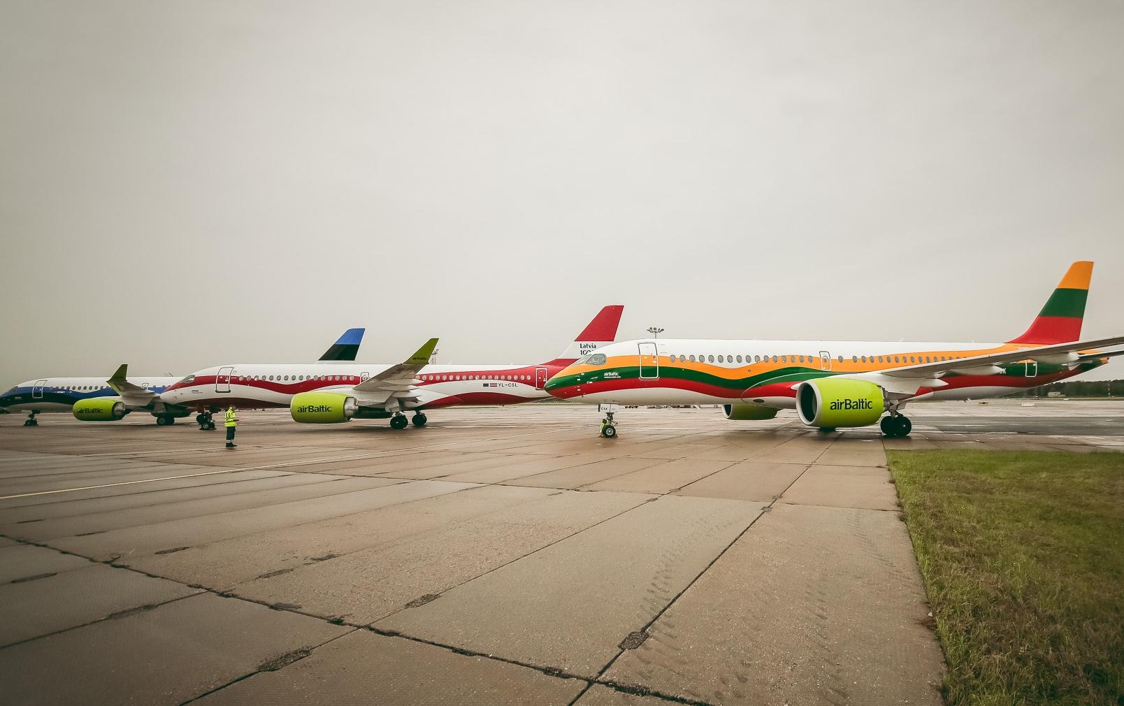 For første gang var de tre særmalede Airbus A220-300 fra AirBaltic forleden samlet for at markere 30-året for vigtig milepæl for, at de tre baltiske lande kunne genvinde deres frihed. Hvert fly er malet i farverne fra flagene i Estland, Letland og Litauen. Foto: AirBaltic.