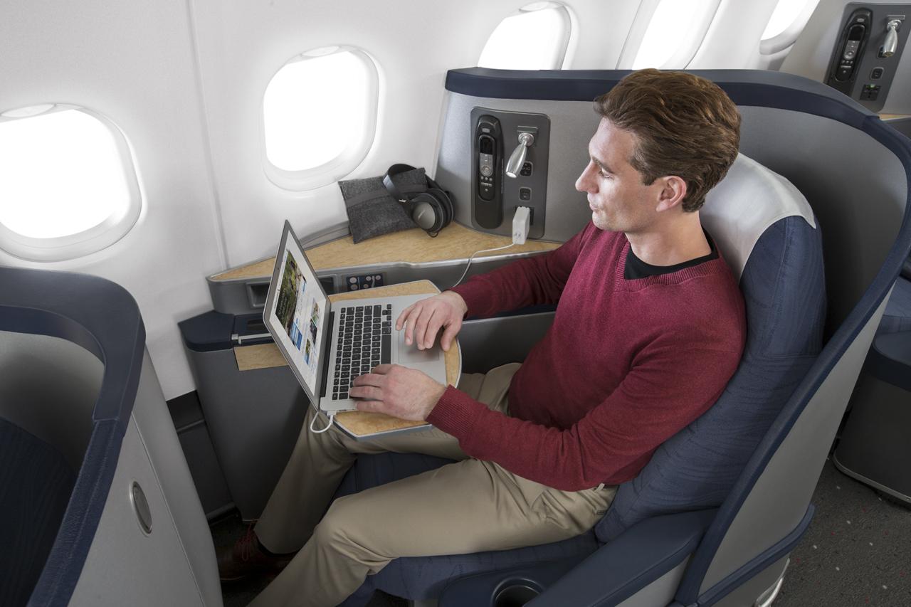 De amerikanske og europæiske luftfartsmyndigheder har forbudt passagerer at medtage en bestemt type Apple laptops, hvis laptoppen ikke har fået skiftet batteri. Arkivpressefoto fra American Airlines.