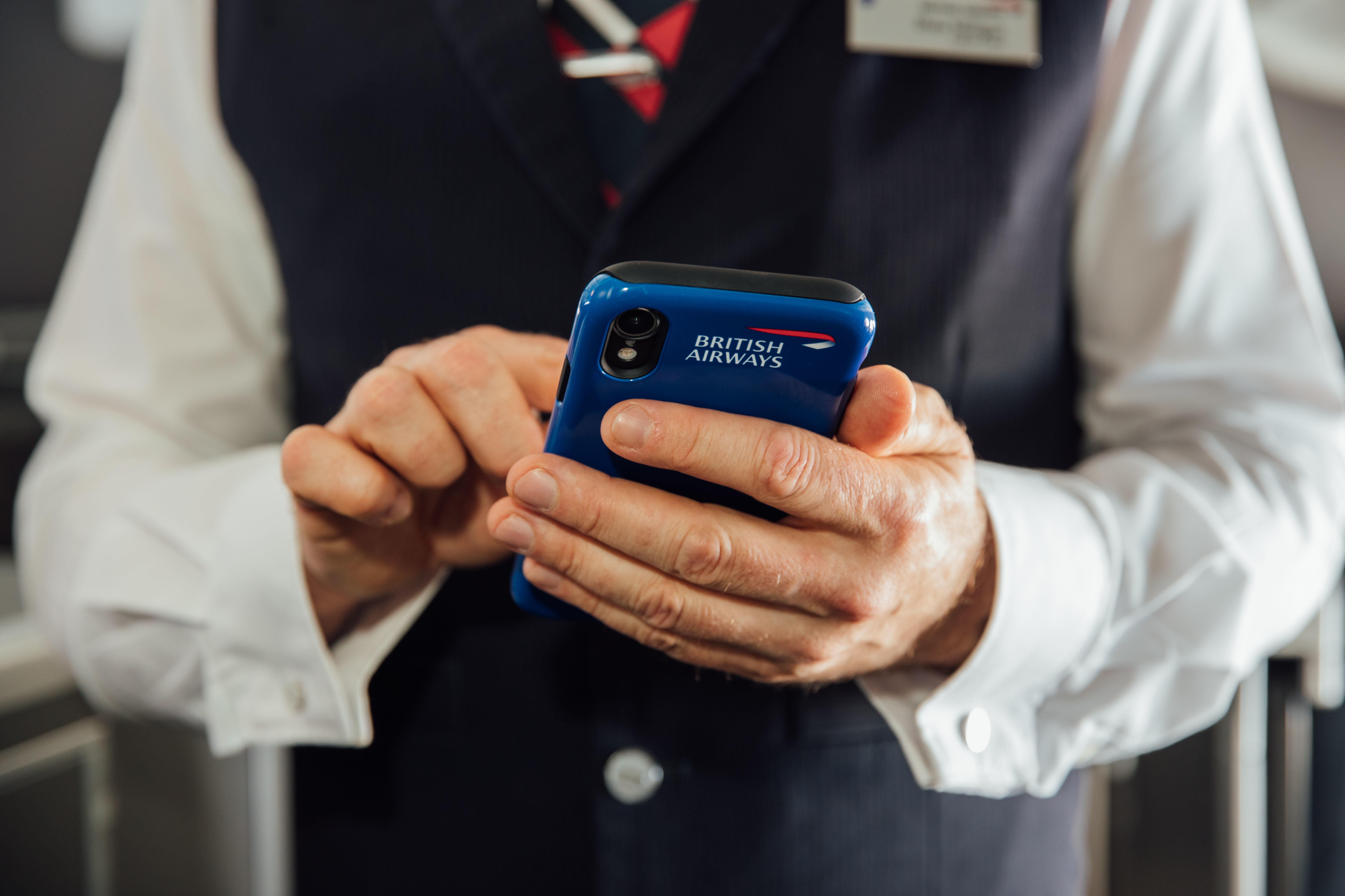 De 15.000 besætningsmedlemmer hos British Airways udstyres nu med hver deres egen iPhone, der skal være med til at forbedre rejseoplevelsen for passagerer med behov for ekstra hjælp. Pressefoto fra British Airways, Nick Morrish.