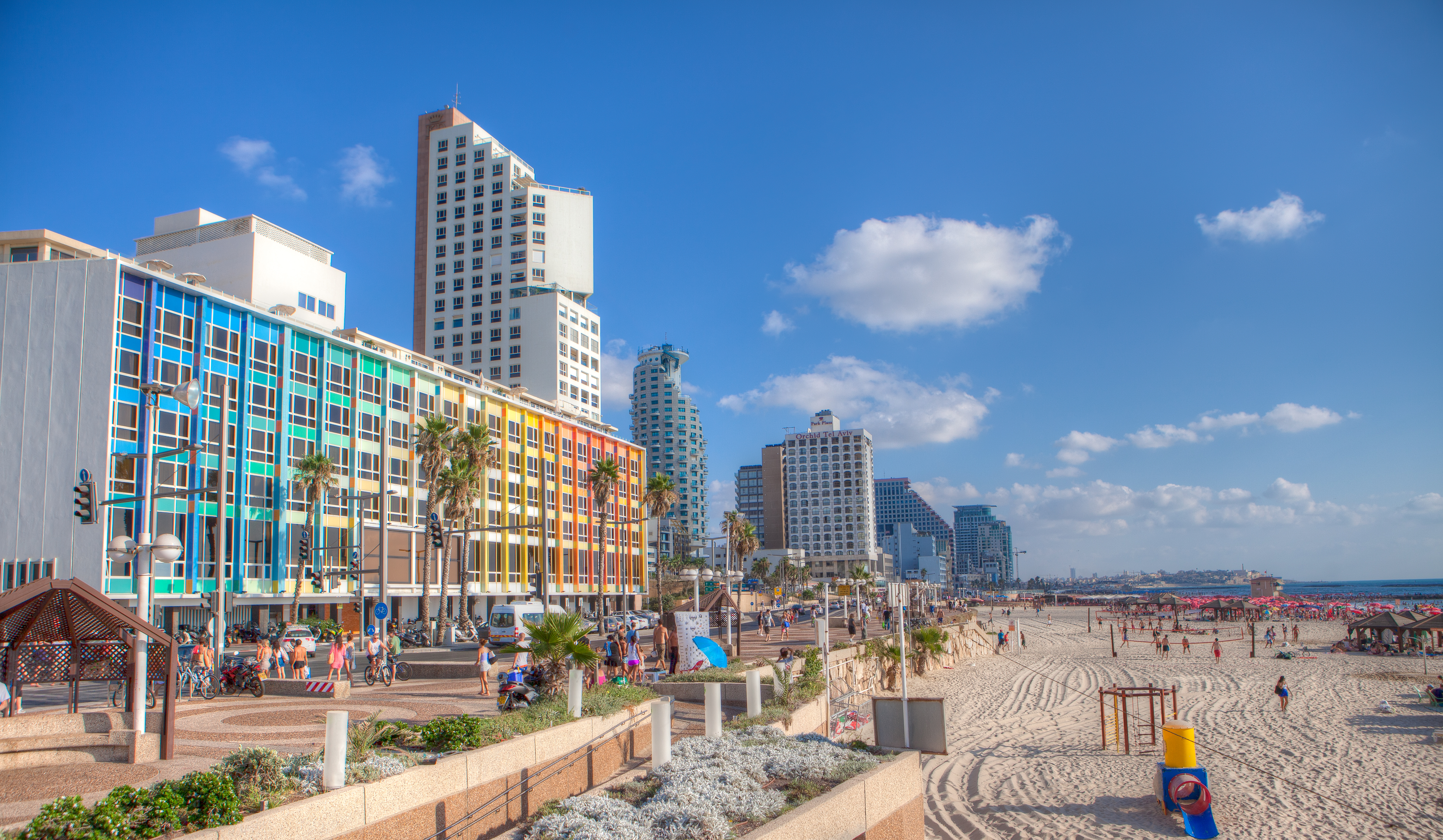 Antallet af turister til Israel fortsætter med at vokse markant. Her er det fra strandpromenaden ved Tel Aviv, pressefoto Dana Friedlander, via Israels turistministerium, IMOT.