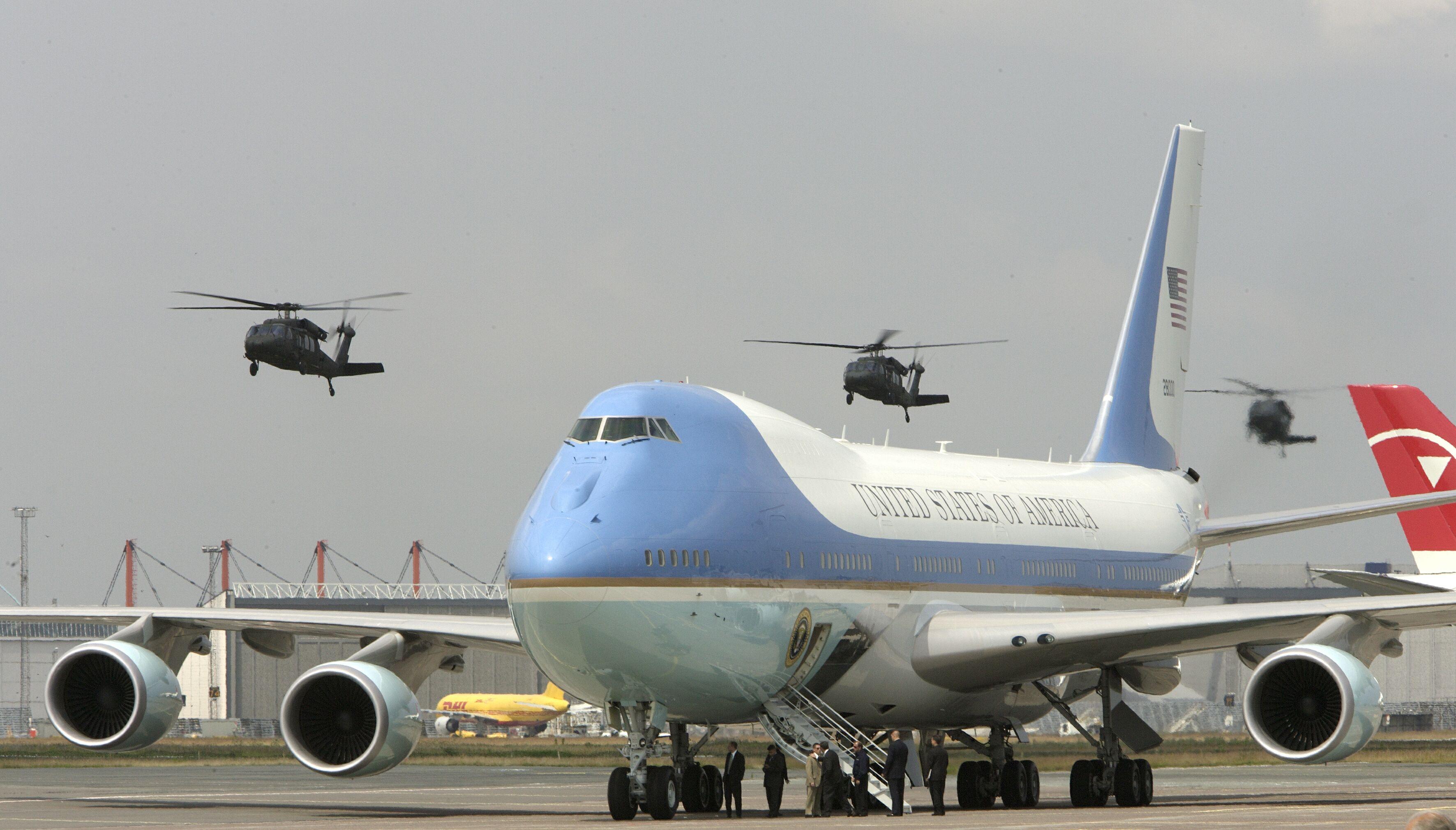 Air Force One kommer for femte gang til Københavns Lufthavn; præsident Clinton og de to følgende præsidenter, George Bush og Barack Obama, har også været i København, Obama endda to gange; her pressefoto fra Københavns Lufthavn ved et tidligere præsidentbesøg.