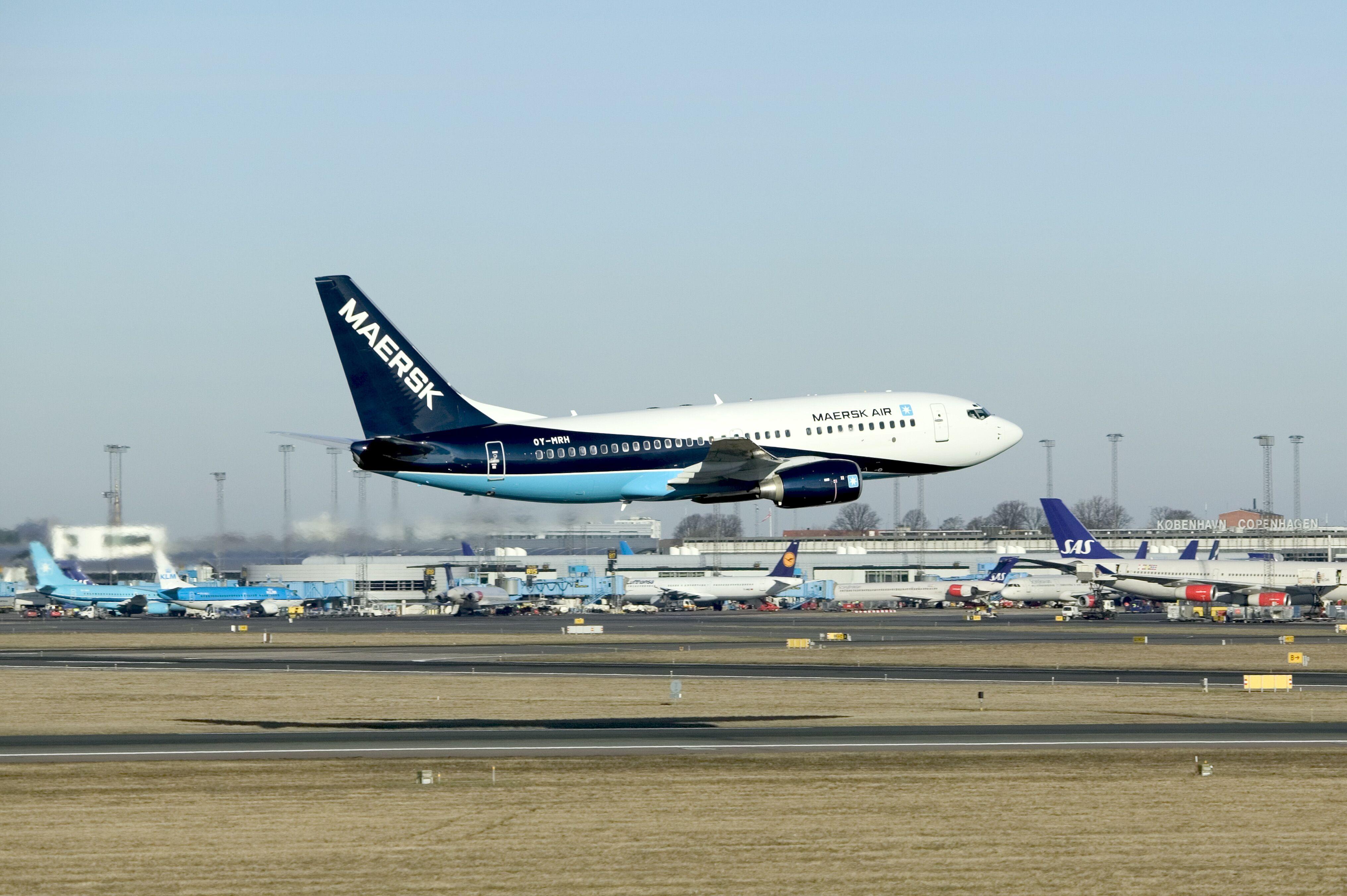En Boeing B737 i Maersk Airs nyeste bemaling foretager i 2004 et såkaldt low pass ved Københavns Lufthavn. Arkivpressefoto fra Maersk Air.