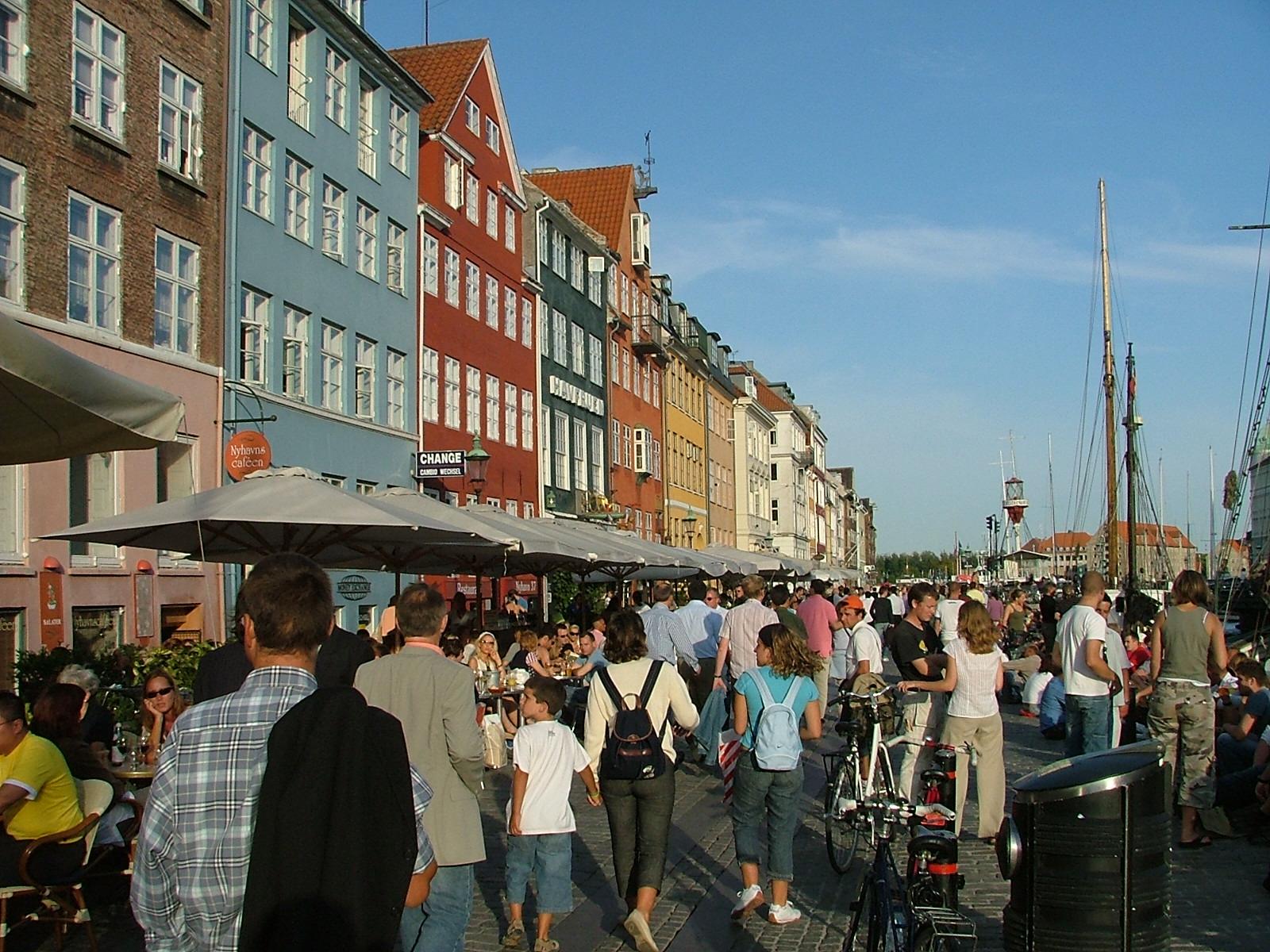 """Der er så mange turister i Nyhavn, at Wonderful Copenhagen stopper med at markedsføre området. """"Men generelt er overturisme ikke et problem for København,"""" lyder det fra Horesta. Arkivfoto: Henrik Baumgarten."""