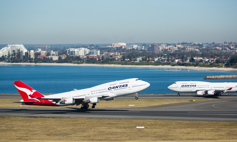 To af Qantas' seks sidste Boeing B747'ere I lufthavnen I Sydney, med årets udgang pensioneres de sidste eksemplarer. Pressefoto: Qantas.
