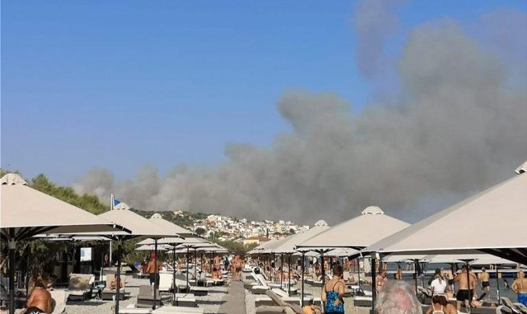 Branden på Samos bredte sig lørdag eftermiddag. (Foto: Protothema)