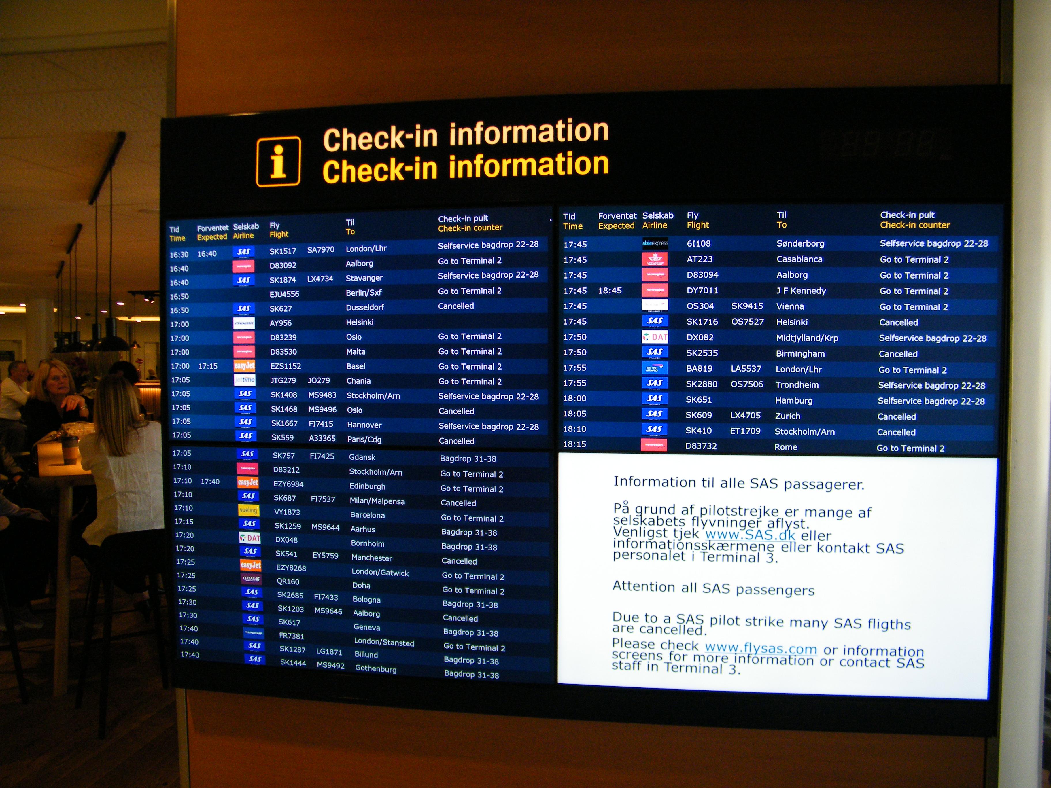 Informationsskærm i Københavns Lufthavn under SAS' pilotstrejke i foråret med information om flyaflysninger.370.000 passagerer blev ramt af strejken hos SAS-piloterne. I alt blev 4.000 SAS-flyvninger aflyst, hvilket kostede flyselskabet omkring 450 millioner danske kroner. Foto: Henrik Baumgarten.