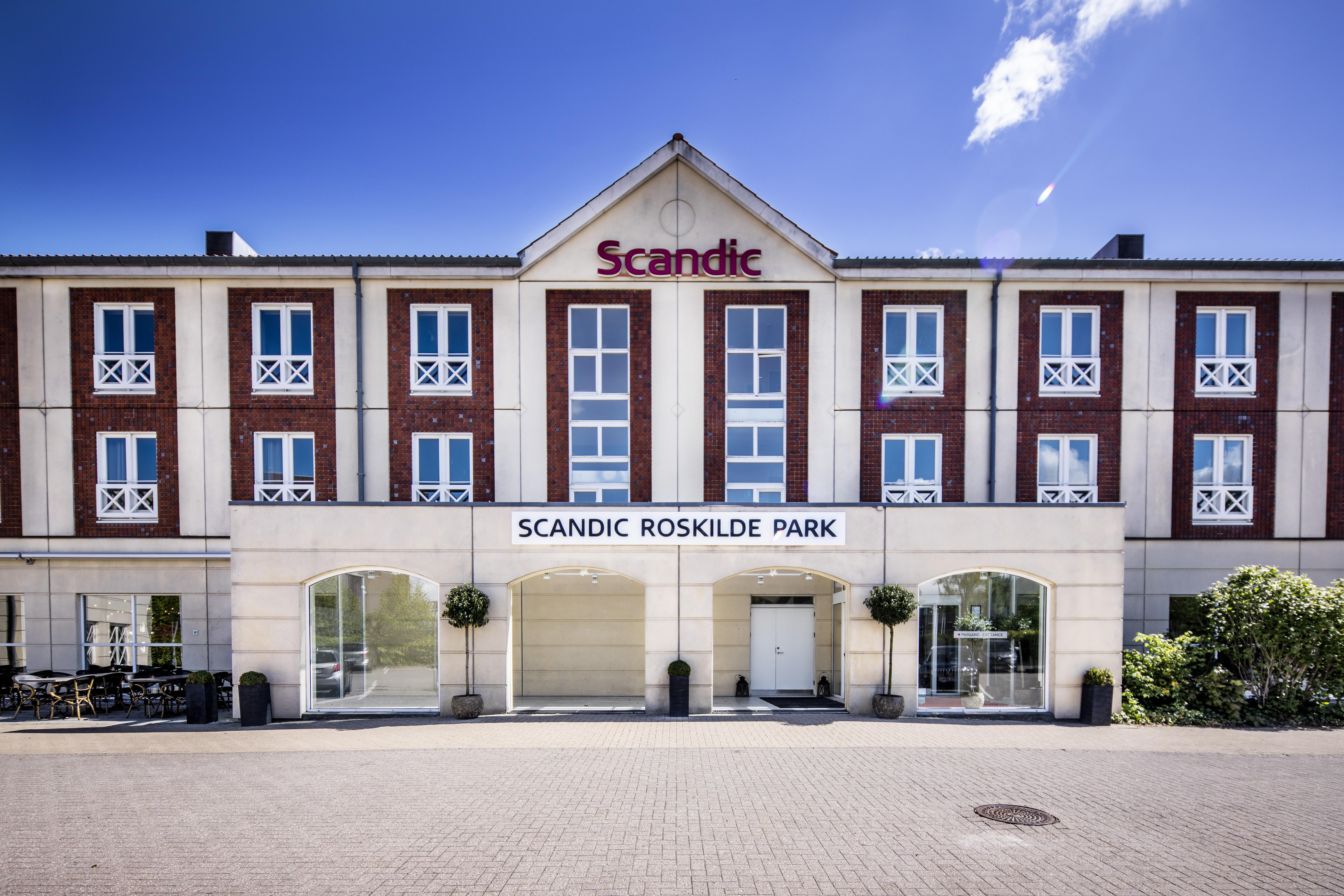 Sådan ser den nye facade ud på Scandic Roskilde Park, der i morgen, fredag, afslutter sin store renovering ligesom det i morgen er 30 år siden hotelbygningen blev taget i brug. Foto: Scandic Hotels.