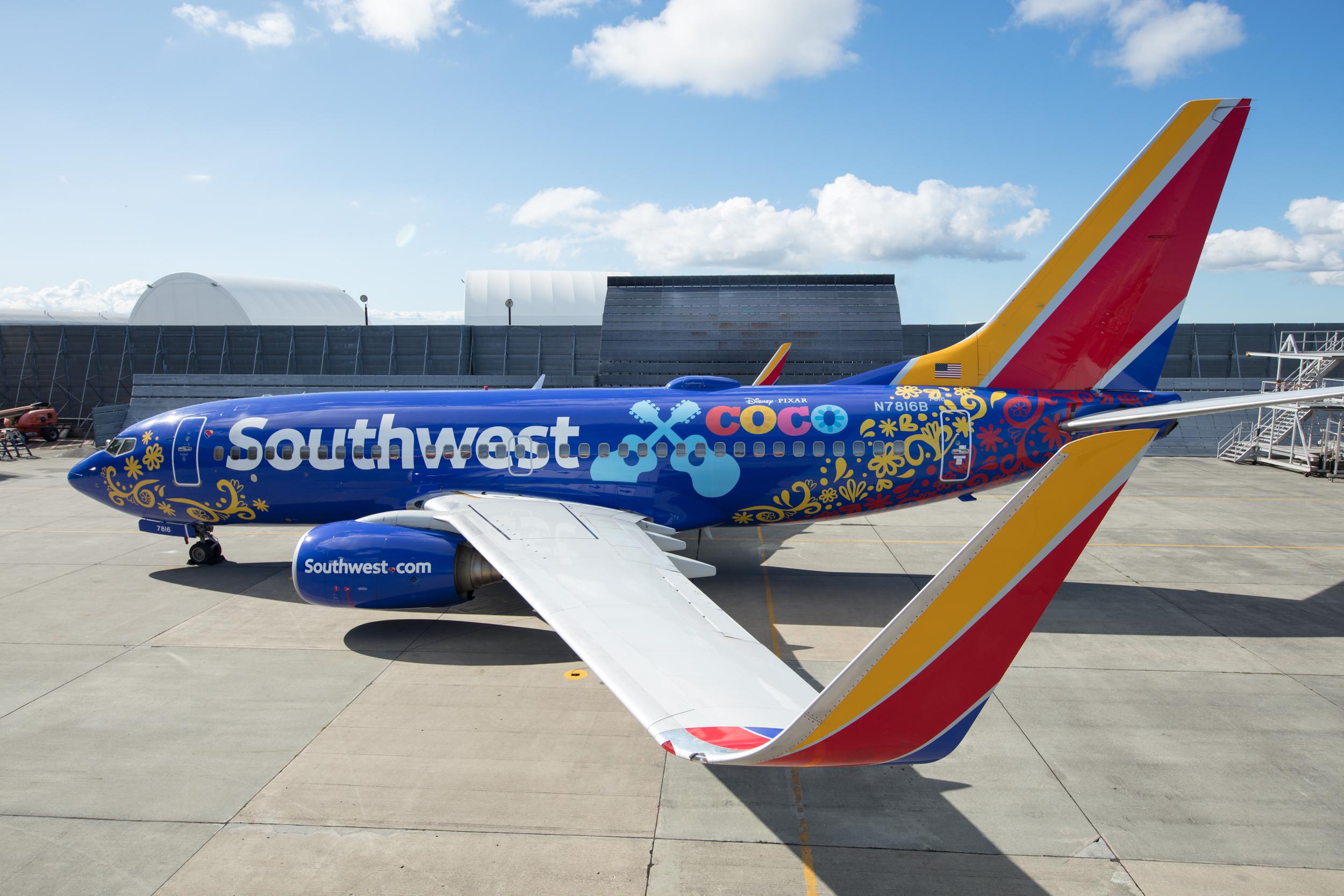 Southwest Airlines er verdens største operatør af Boeing B737, som selskabet har over 700 af. Her en lidt særmalet version, inspireret af Disney Pixar-filmen Coco. Pressefoto fra Southwest Airlines, Stephen M. Keller.