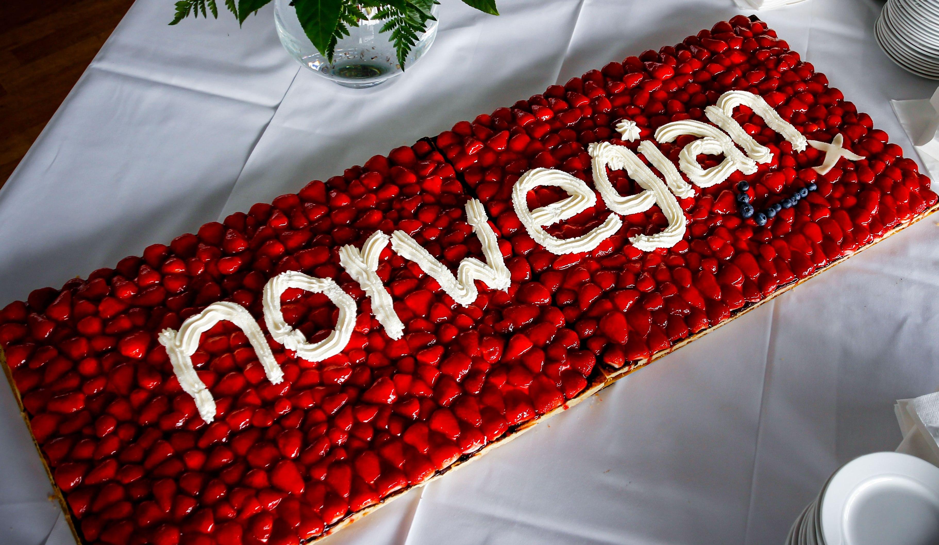 Bonusprogrammet Norwegian Reward har nu over ti millioner medlemmer på verdensplan – her serveres der kage for Norwegian-passagerer ved en ruteåbning i Billund Lufthavn. Pressefoto.