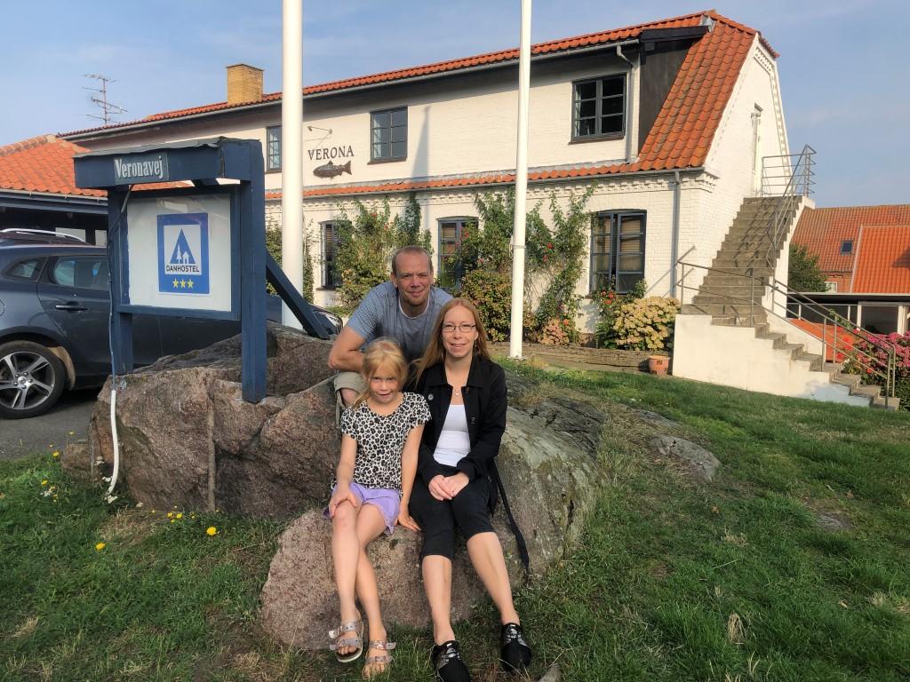 Det nye værtspar for Danhostel Sandvig på Bornholm, Line og Peter Juhl Kronow, med parrets otteårige datter, Mia. Pressefoto fra Danhostel.