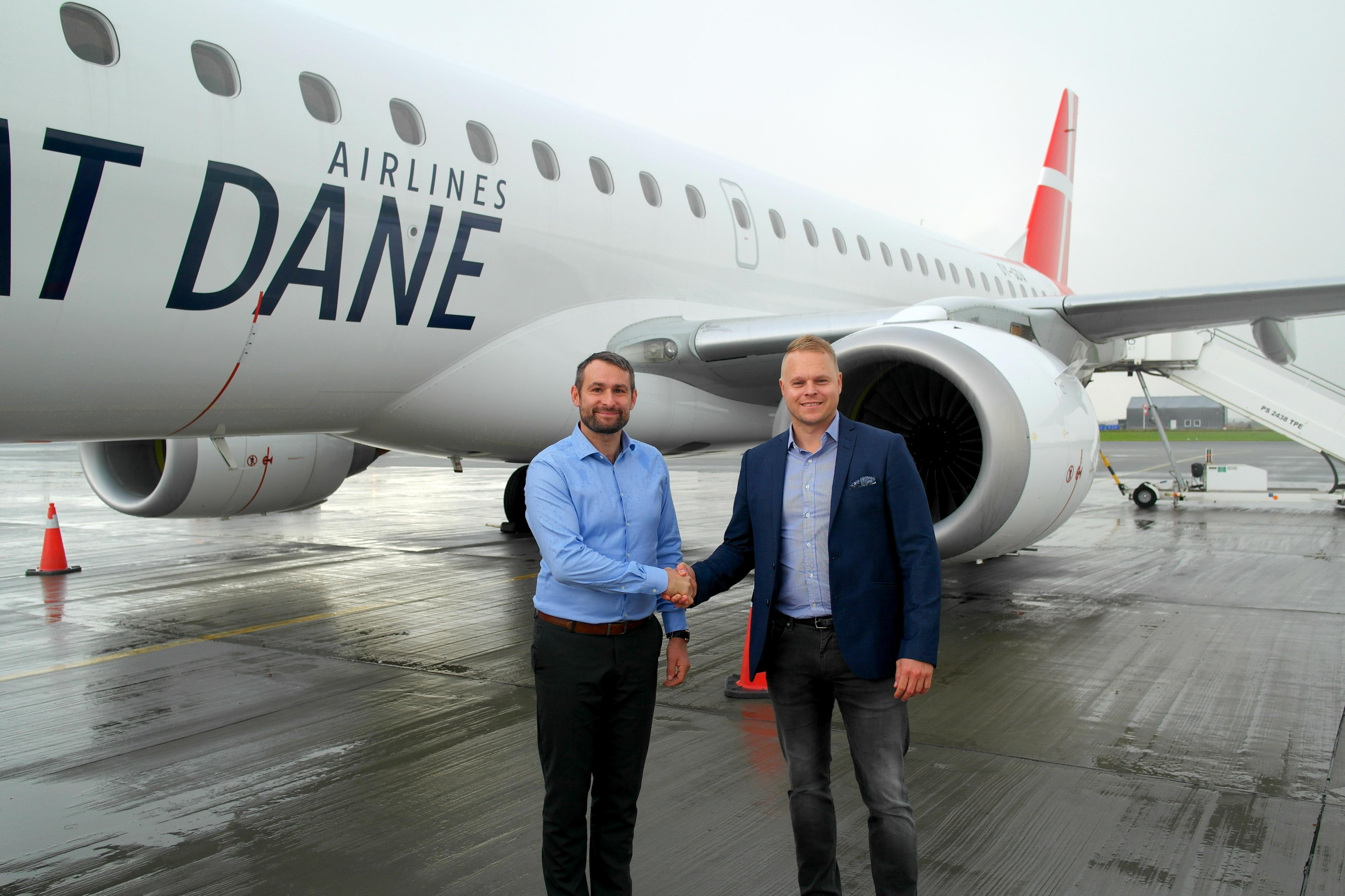 Great Dane Airlines har landet ny charterkontrakt med Århus Charter ud af Aarhus Lufthavn. Til venstre Great Dane Airlines' koncernchef, Thomas Hugo Møller, og Århus Charters bureauchef, Henrik G. Jensen. Pressefoto Århus Charter.