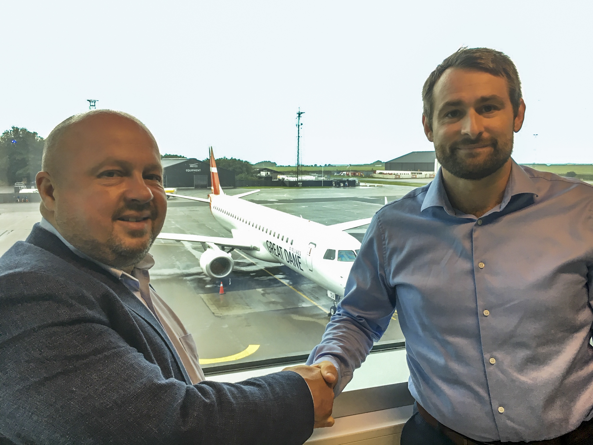 Bravo Tours' administrerende direktør, Peder Hornshøj, til venstre, giver hånd på den nye flyaftale til Great Dane Airlines' administrerende direktør, Thomas Hugo Møller. Pressefoto: Great Dane Airlines.