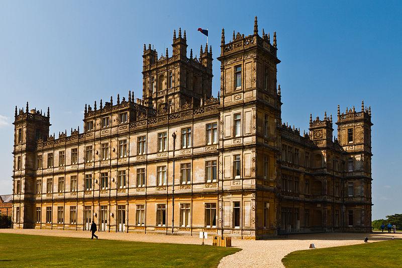 Downton Abbey ligger i TV-serien i Yorkshire i det nordlige England – i virkeligheden er selve slottet, der danner rammen, Highclere Castle, i det sydlige England, cirka 100 kilometer øst for London. Foto via Wikipedia, Richard Munckton.