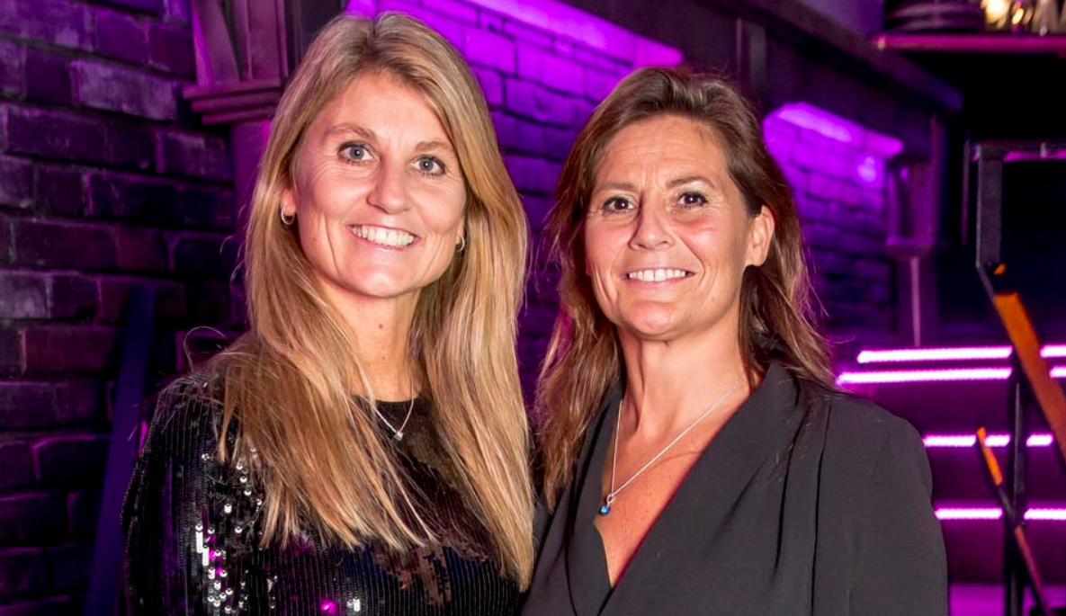 Søstrene Karen Nedergaard (t.v.) og Lisbeth Nedergaard fotograferet ved Danish Travel Awards 2018. (Foto: Michael Stub)