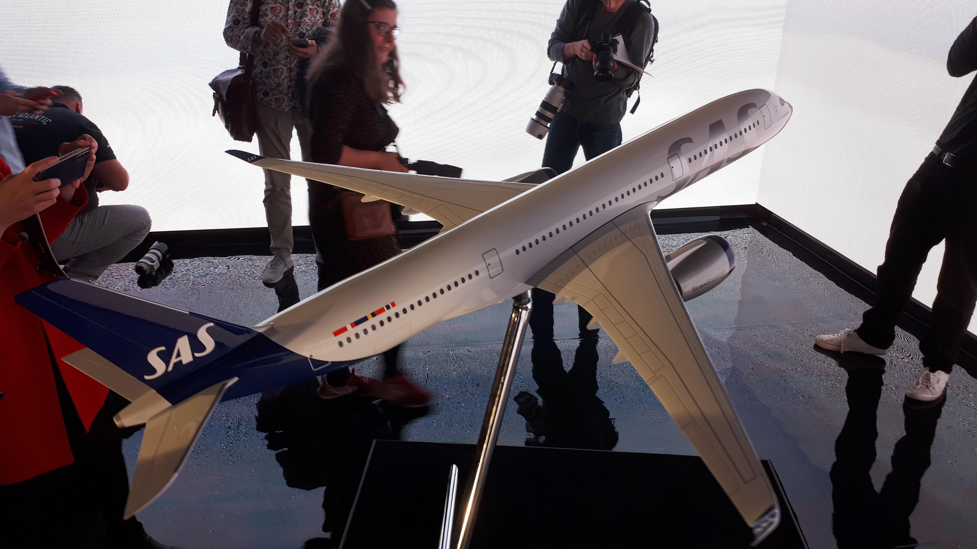 For første gang præsenterede SAS i dag sit nye flydesign – her omkranses modellen af en Airbus A350-900 af pressefotografer ved dagens præsentation på Royal-hotel i København. Foto: Henrik Baumgarten.