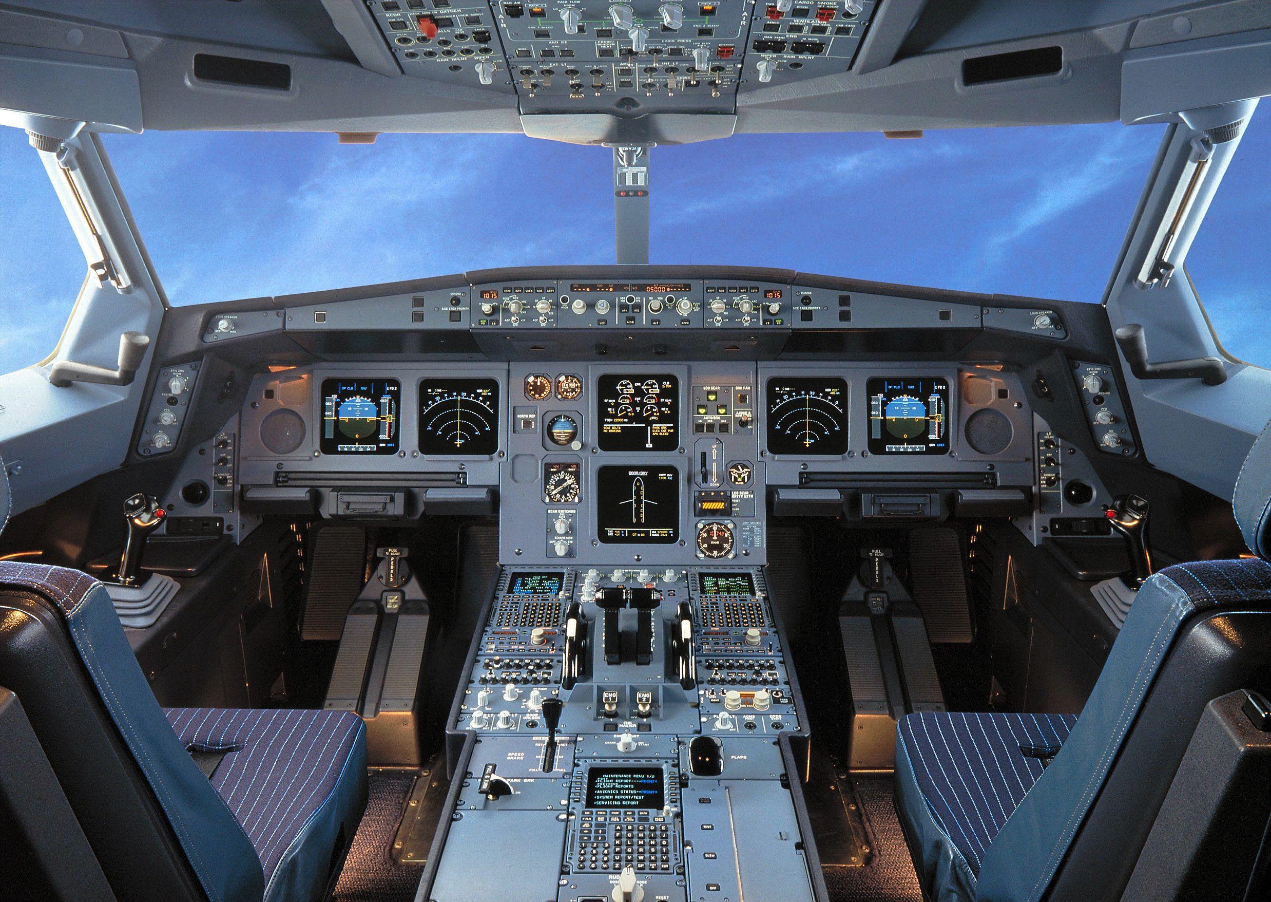 Cockpittet på en Airbus A330. Spildt kaffe i et af kontrolpanelerne udløste en sikkerhedslanding med en A330 fra det britiske Thomas Cook-flyselskab. Arkivpressefoto: Airbus.