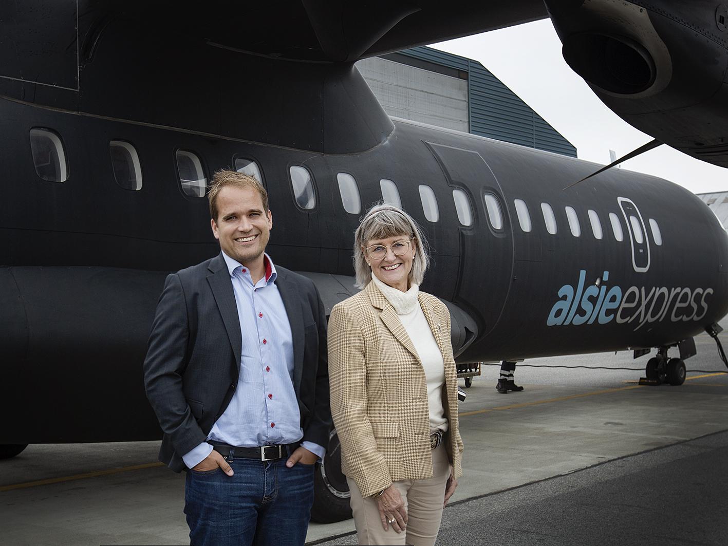Den tiltrædende og den afgående administrerende direktør for Alsie Express, Dennis Rybasch og Lone Koch. Selskabet har i dag to fly af typen ATR 72-500 – og får efter planen det tredje næste år. Pressefoto: Alsie Express.