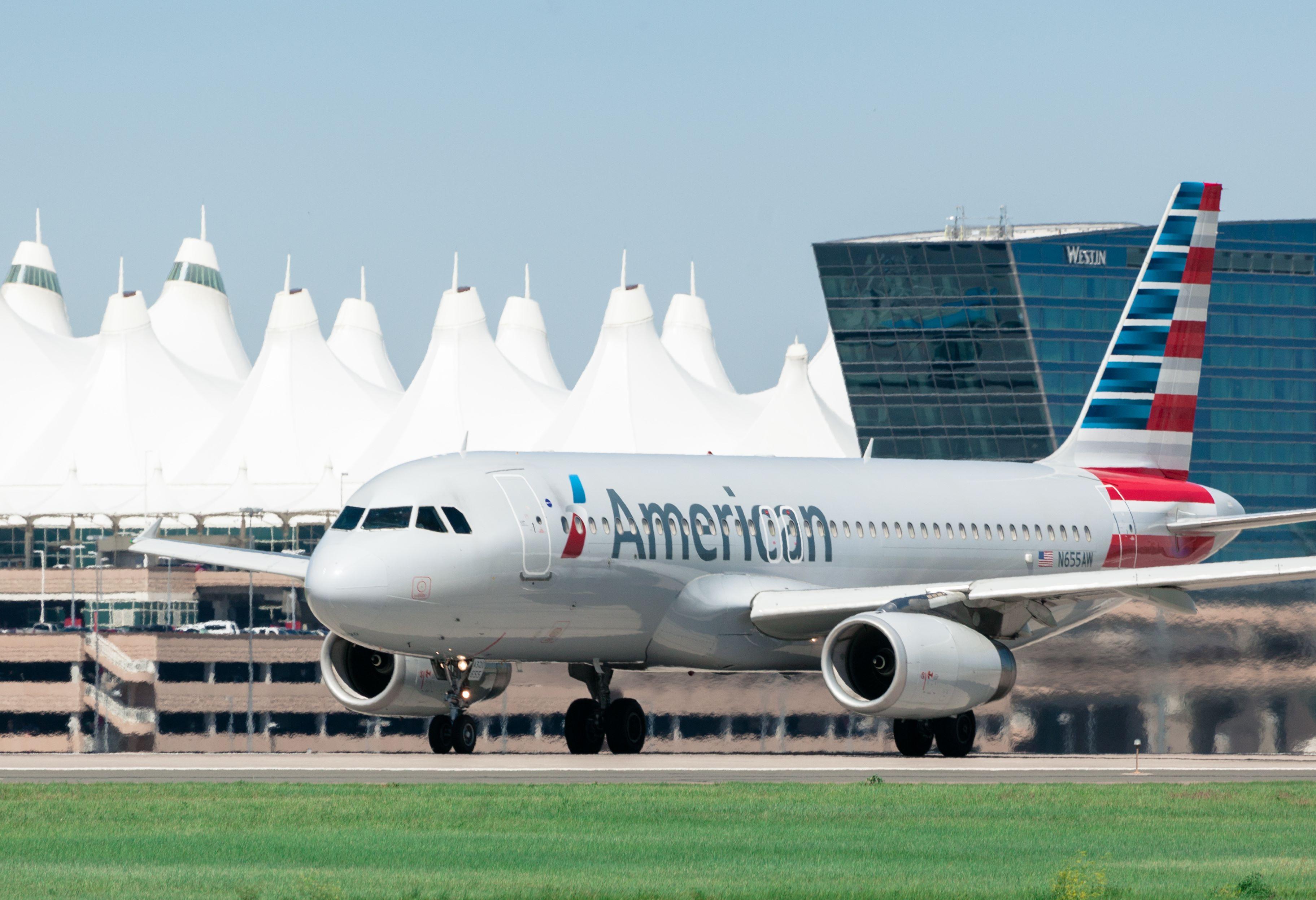 Pressearkivfoto fra Denver Airport med American Airlines – et fly fra selskabet måtte forleden foretage en sikkerhedslanding på grund af en uregerlig passager.