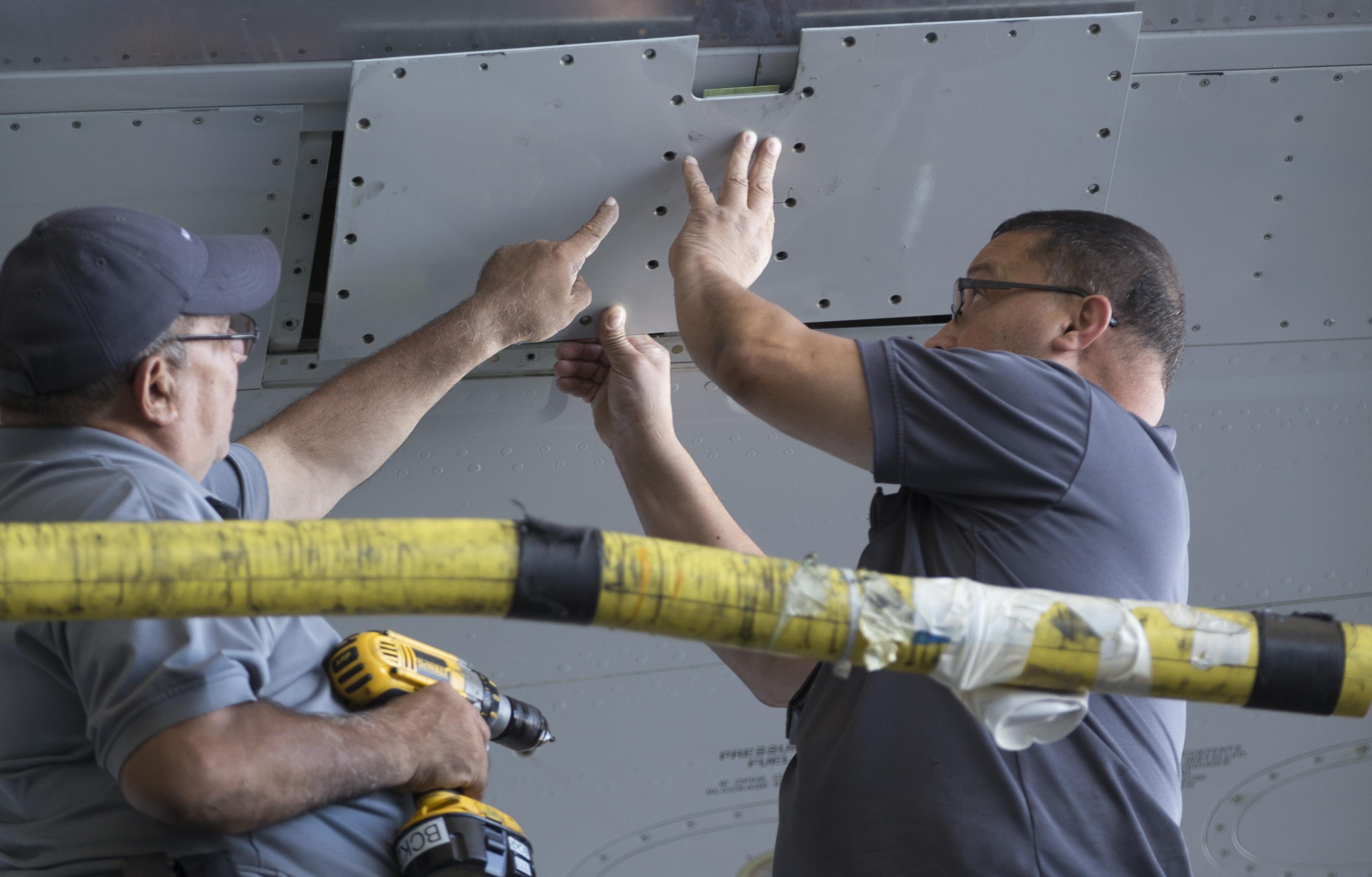 Flymekanikere fra American Airlines arbejder med et af selskabets fly. Personerne på billedet har intet med den igangværende sag at gøre. Pressefoto: American Airlines.