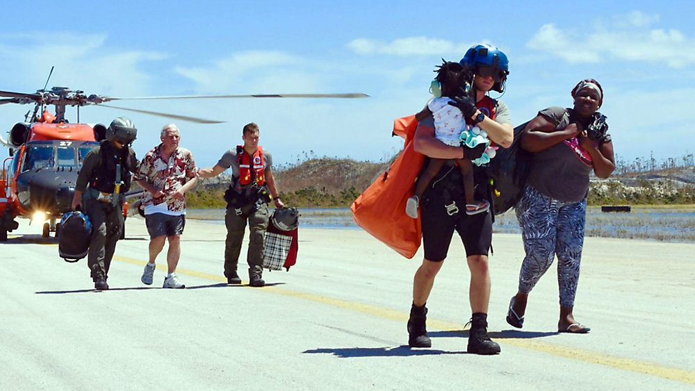 USA's kystbevogtning hjælper borgere fra Bahamas efter orkanen Dorians hærgen. Pressefoto: U.S. Coast Guard Southeast.
