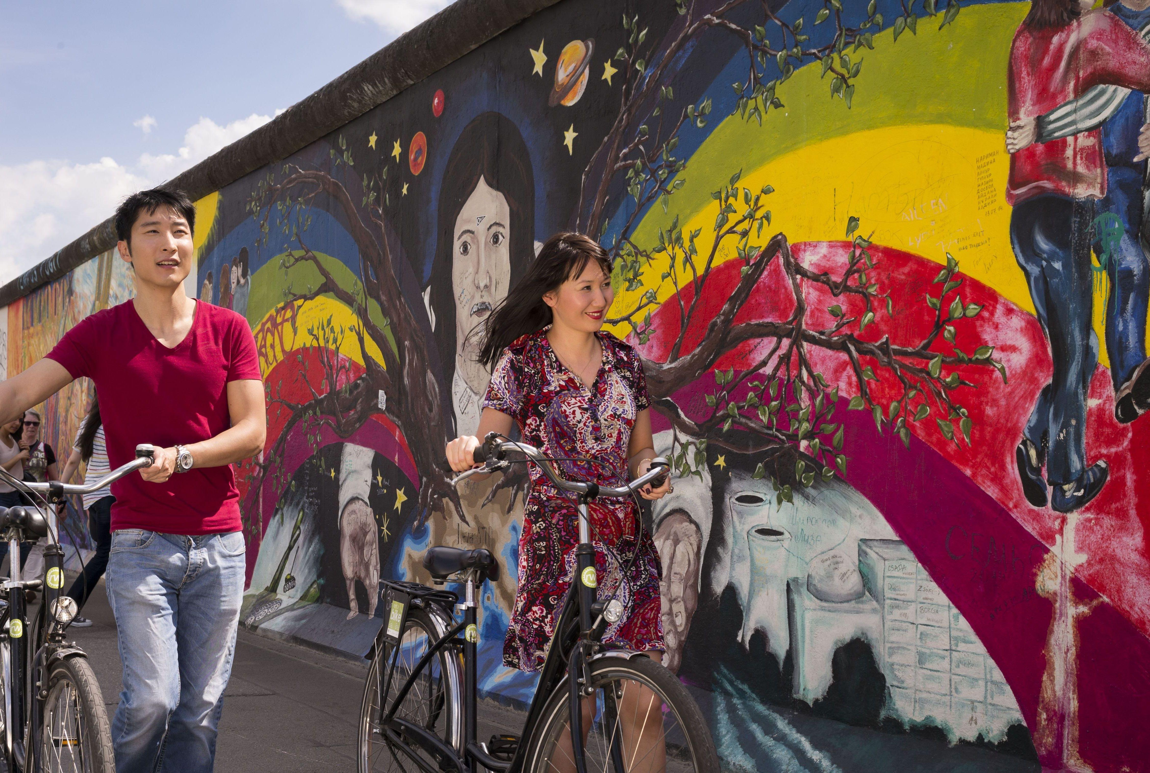 Lidt af Berlin-muren kan stadig ses i den tyske hovedstad, her er det East Side Gallery, der i sig selv er et turistmål. Pressefoto: VisitBerlin, Philip Koschel.