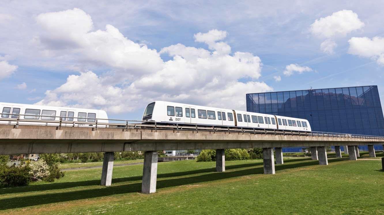 Københavns nye Metrolinje, M3 Cityringen, har 17 nye stationer på blandt andet Vesterbro, Frederiksberg, Nørrebro, Østerbro og Indre By. På billedet kører Metrotog ved DR-Byen. Pressefoto: Metroselskabet, Büro-Jantzen.