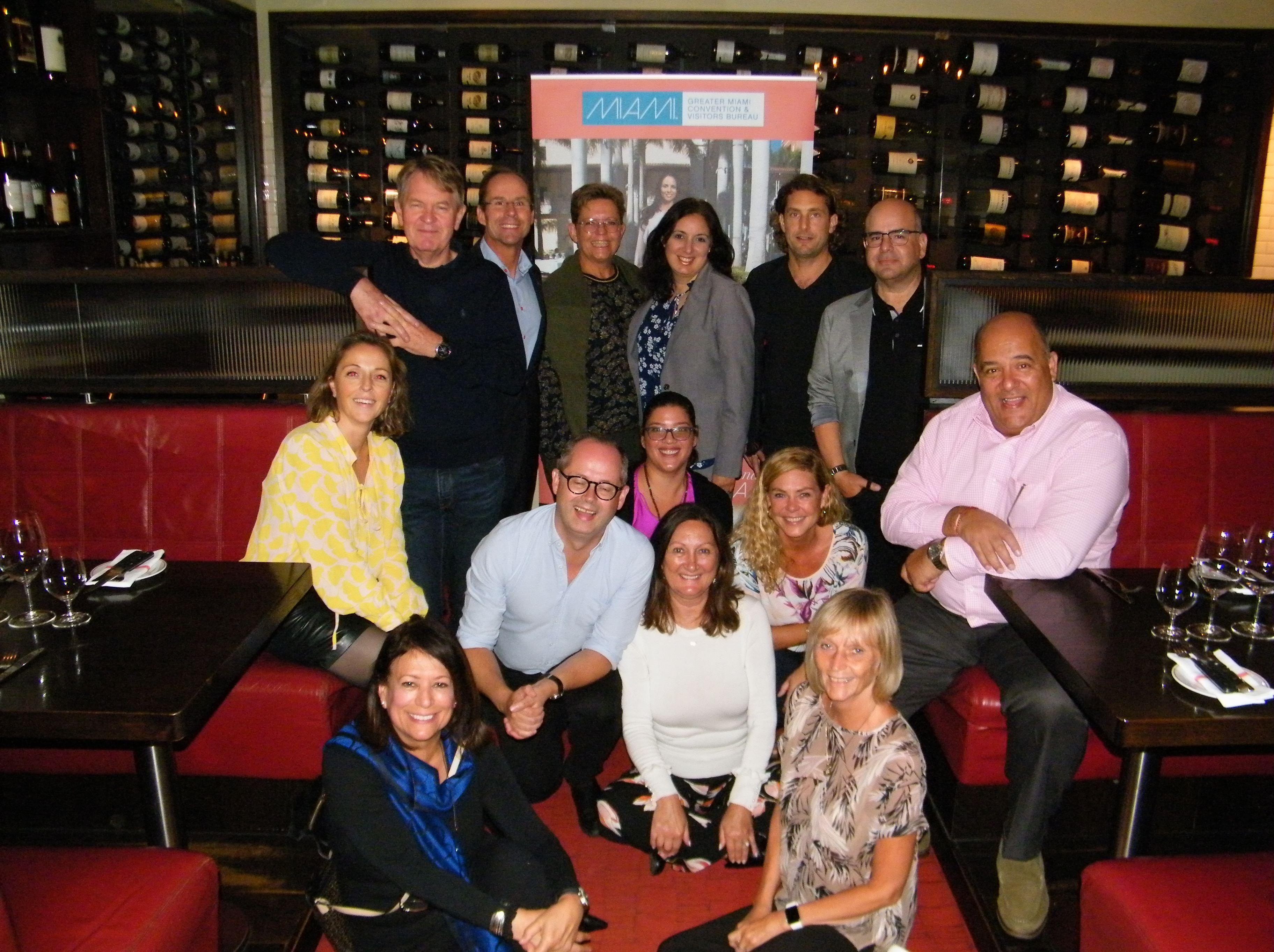 Delegationen fra Miami-hotellerne i København med de danske rejsebureaurepræsentanter under sammenkomsten på MASH-restauranten. Foto: Henrik Baumgarten.