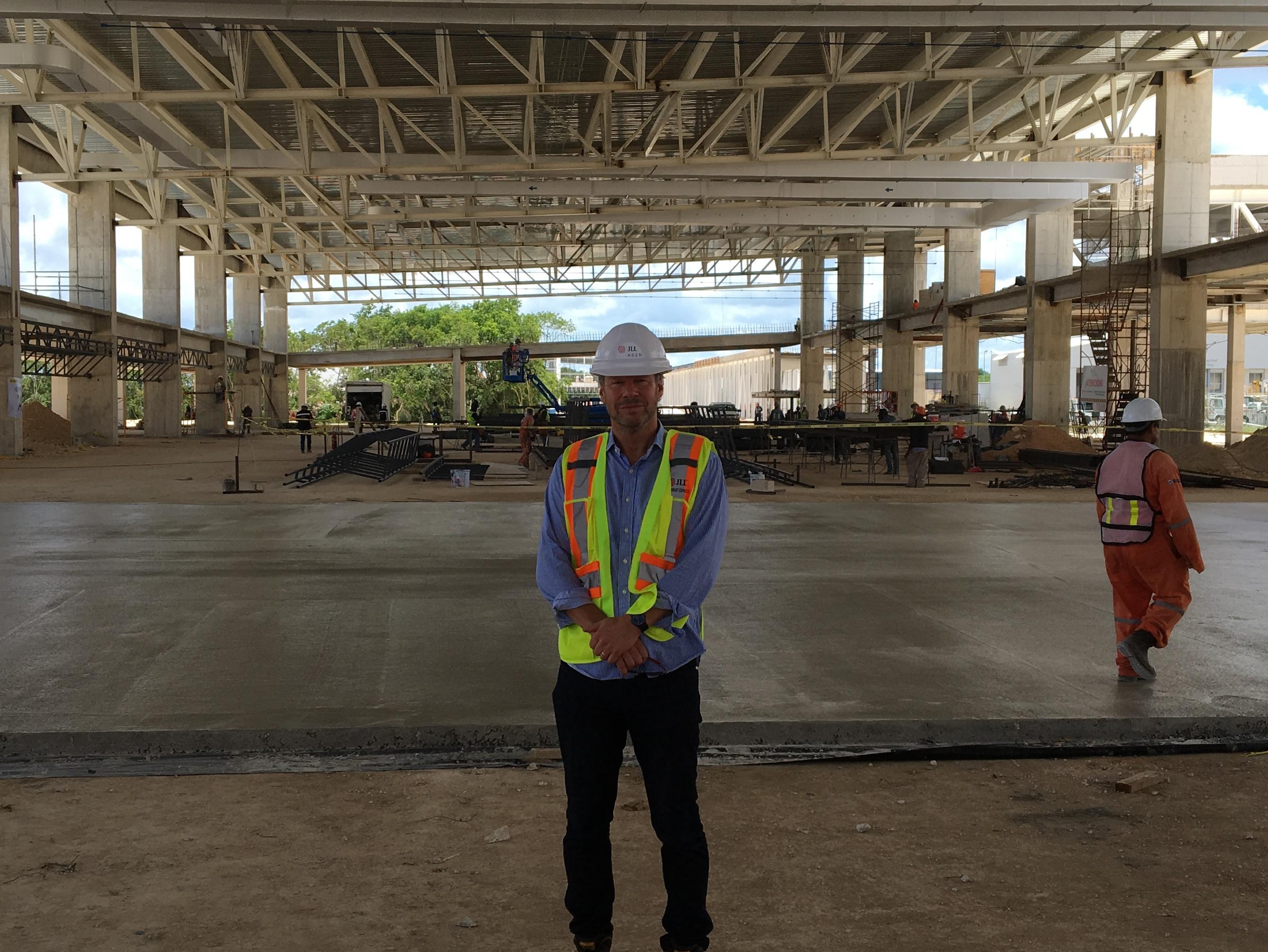 Copenhagen Airport International, CAI, har knap ti medarbejdere, hvoraf flere rejser rundt i verden for at yde konsulentbistand til andre lufthavne. Her er Michael Johansson fra CAI i 2016 i en ny lufthavnsterminal under konstruktion i mexicanske Cancun. Privatfoto.