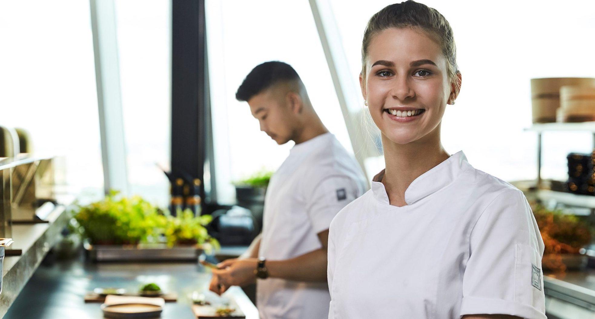 """To af ambassadørerne i """"Hospitality Career""""-kampagnen: Christian Wellendorf, holdkaptajn på Kokkelandsholdet og Cathrine Ditlevsen, kokkeelev, Restaurant Remouladen. Foto: Horesta"""