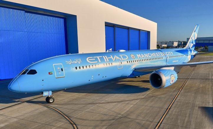 Etihad Airways' nyeste Boeing 787-9 Dreamliner med den særlige bemaling med farverne fra Manchester City Football Club. PR-foto: Etihad Airways.