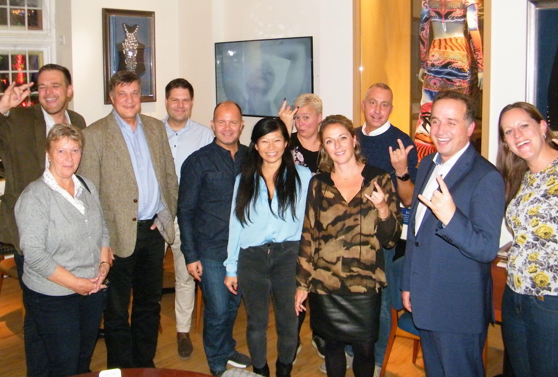 De 12 deltagere ved Hard Rock Café's sammenkomst i København – hvoraf de tre fra selve HRC. Kæden kigger på muligheden for at åbne hotel i Norden, måske København. Foto: Henrik Baumgarten.