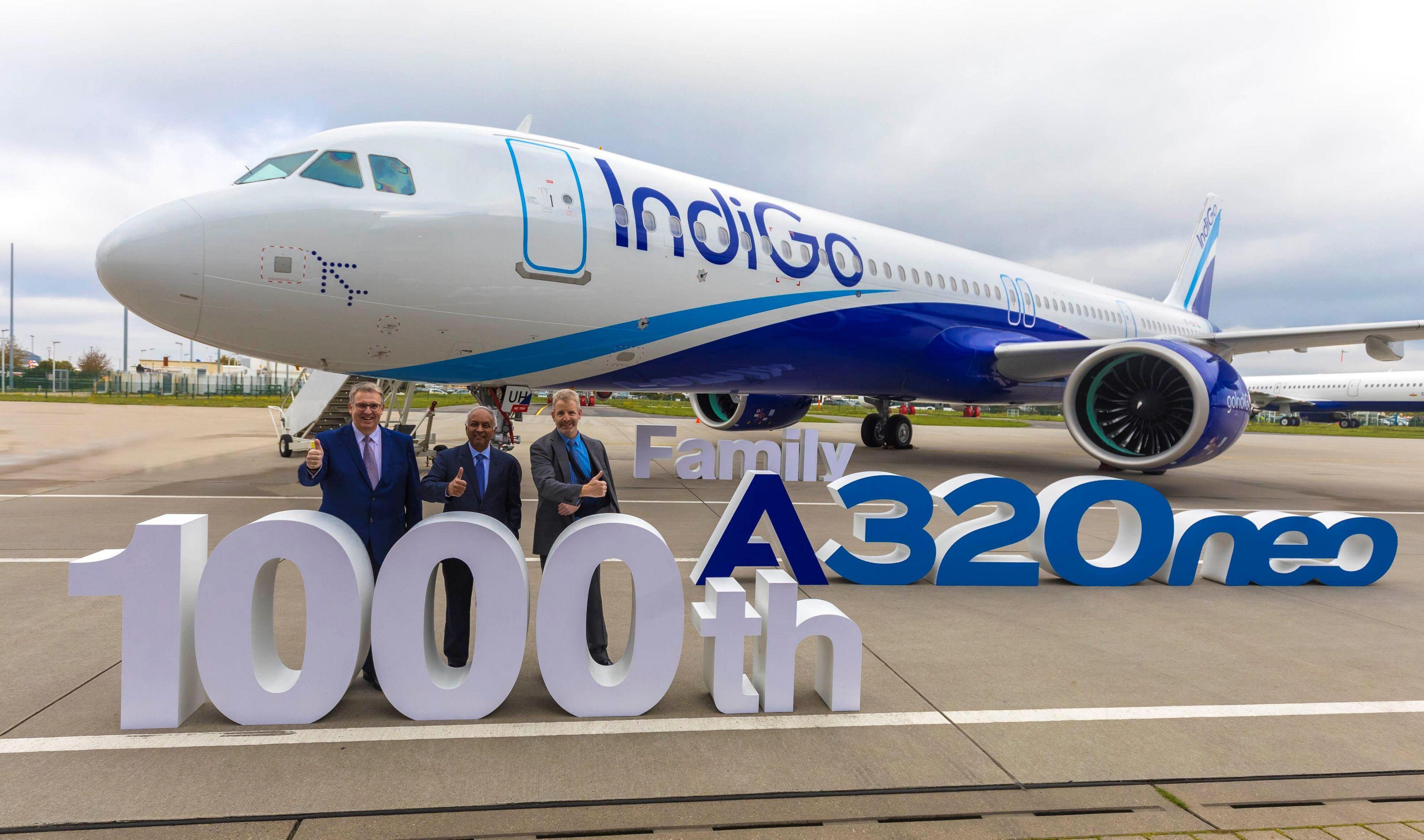 Fra leveringen af fly nummer 1.000 fra Airbus A320neo-familien, en A321neo til indiske Indigo, ses fra venstre chefen for Airbus' A320-program, Michael Menking, Indigos koncernchef, Rono Dutta, og Michael Culhane, vicedirektør for leasingfirmaet CDB Aviation Lease Finance. Pressefoto fra Airbus.