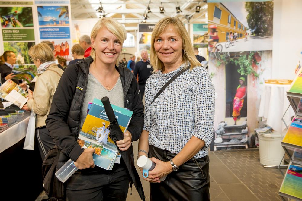 Camilla Andersen, til venstre, kiggede i fredags forbi Rejsemessen for Kvalitetsrejser i København. Med var Pernille Krogh, der i sommer skiftede til Travel Sense efter næsten 25 år i det store erhvervsrejsebureau Egencia som projektchef for møder- og events. Nu har hun titel af projektchef hos Travel Sense. Foto: Michael Stub.