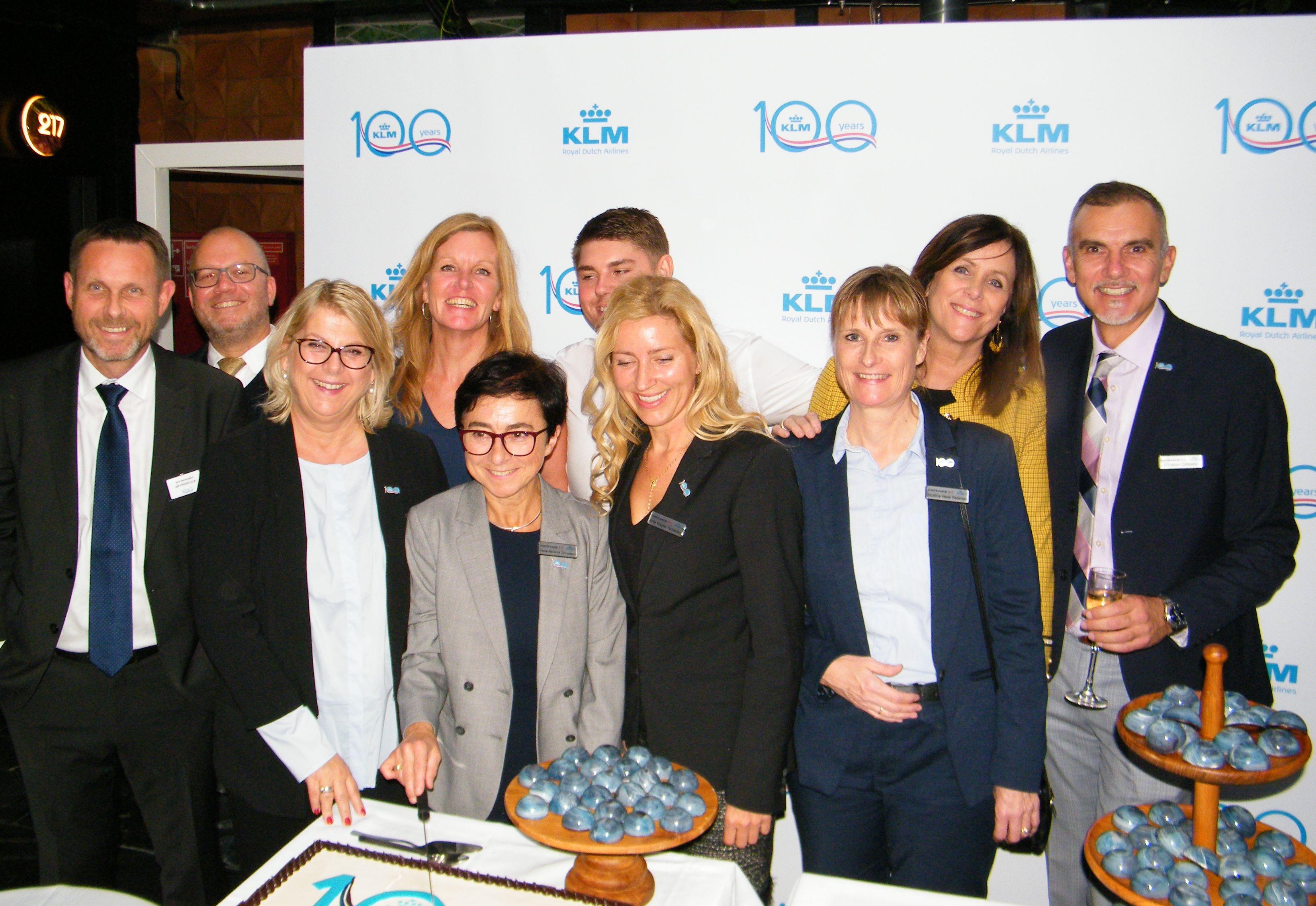 Hovedparten af KLM-teamet i Danmark ved receptionen mandag på Guldsmeden Hotel Manon-les-Suies i København. Foto: Henrik Baumgarten.