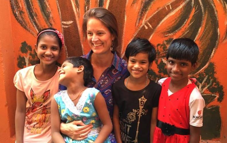 Lisbeth Johansen med nogle af børnene fra pigehjemmet i Indien. (Foto: Little Big Help)