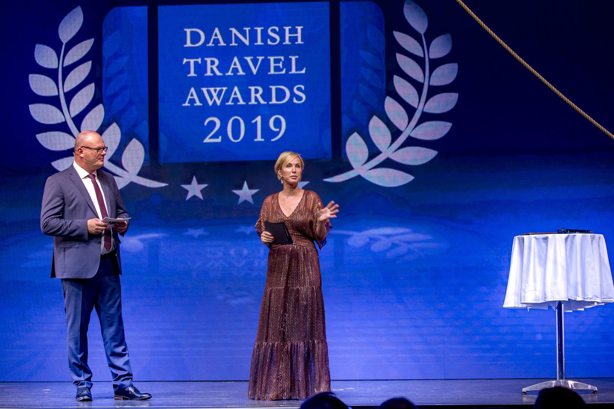 Ole Kirchert Christensen fra Travelmedia Nordic og konferencier Natasja Crone på scenen i Cirkusbygningen. (Foto: Michael Stub)