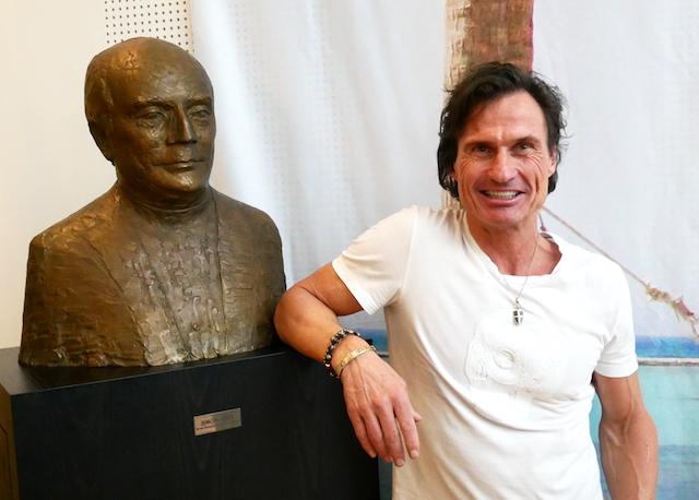 Petter Stordalen ved buste af Simon Spies under besøget på Spies-kontoret. (Foto: Jan Aagaard)