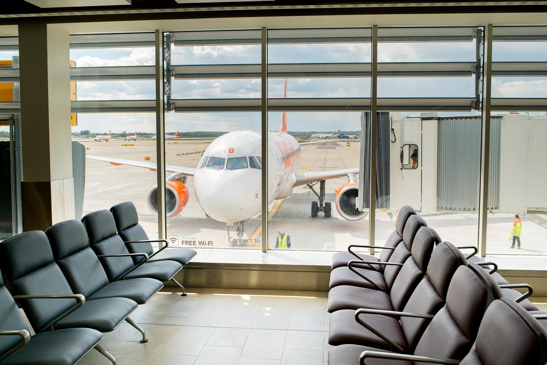 EasyJet-fly ved en gate i London Gatwick, der er begyndt at teste en ny form for boarding. Foto: London Gatwick