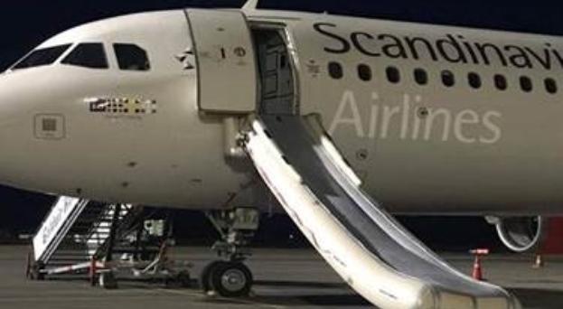 SAS arbejder videre med sagen om en dansk passager, der i juli skubbede en kabineansat omkuld og åbnede en af flyets nødudgange så evakueringsslisken blev udløst. Foto af det konkrete fly i den græske lufthavn. Foto: Sunweb.