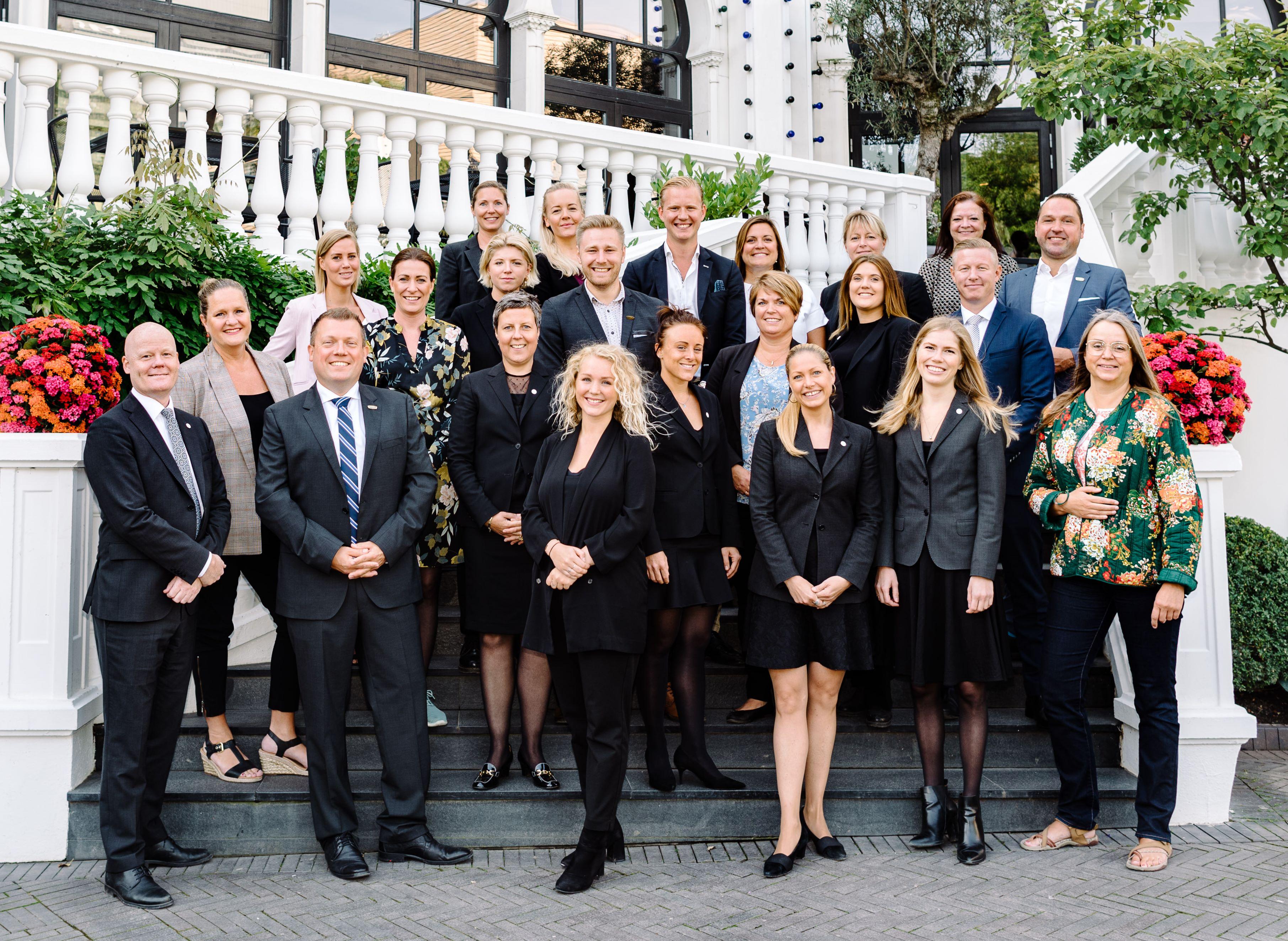 Tivolis BTB salgsteamet og medarbejderne indenfor booking- og eventkoordinering tæller nu 28 ansatte under ledelse af Lars Adler, BTB salgschef, nummer to til venstre i forreste række. Foto: Tivoli.