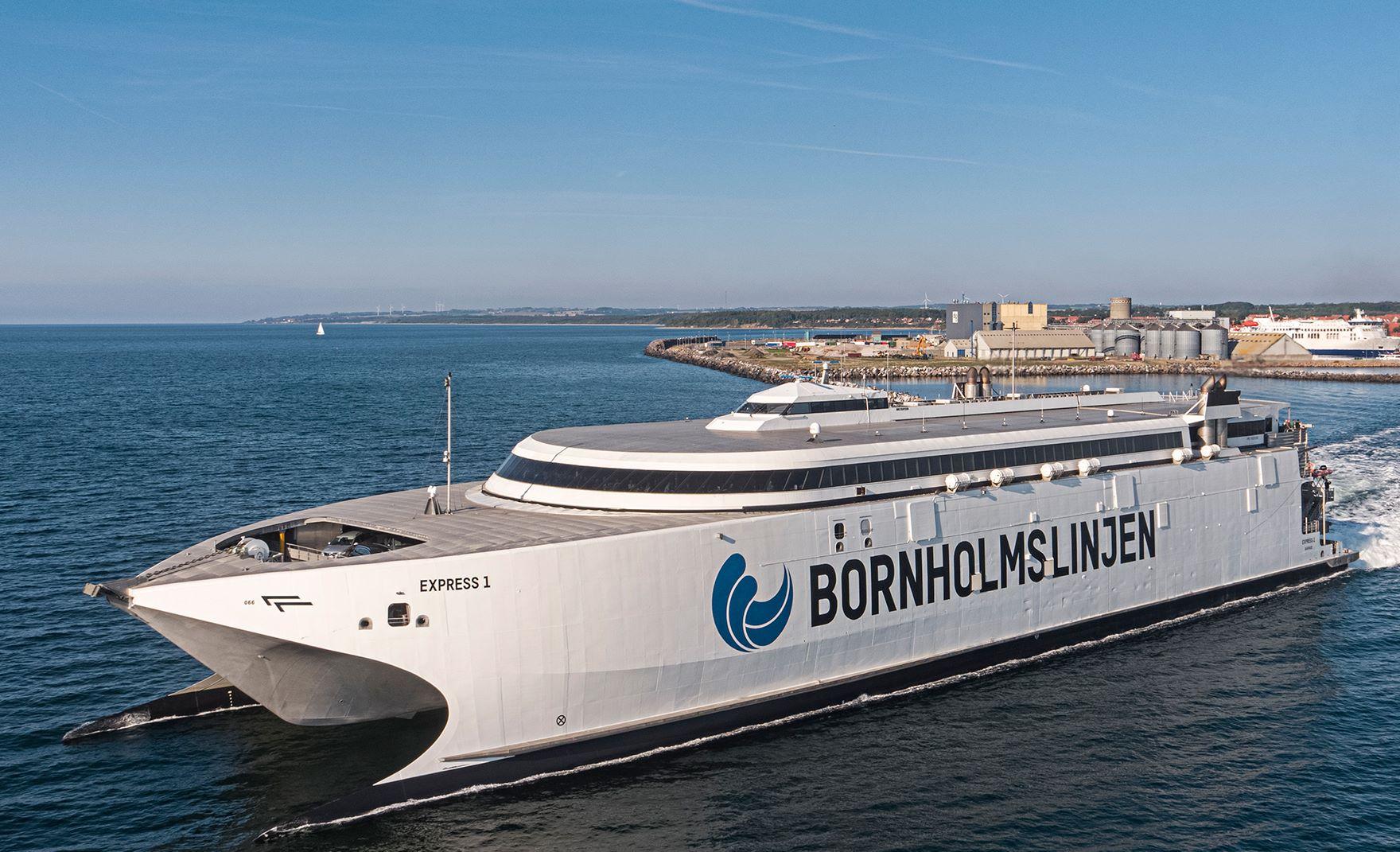 Molslinjen har fået forlænget sin kontrakt med færgebetjening af Bornholm. Som muligt led i pakken bestiller rederiet nu en endnu større katamaranfærge til hovedruten mellem svenske Ystad og Rønne. Den skal afløse den udskældte Express 1 på fotoet. Pressefoto: Molslinjen.